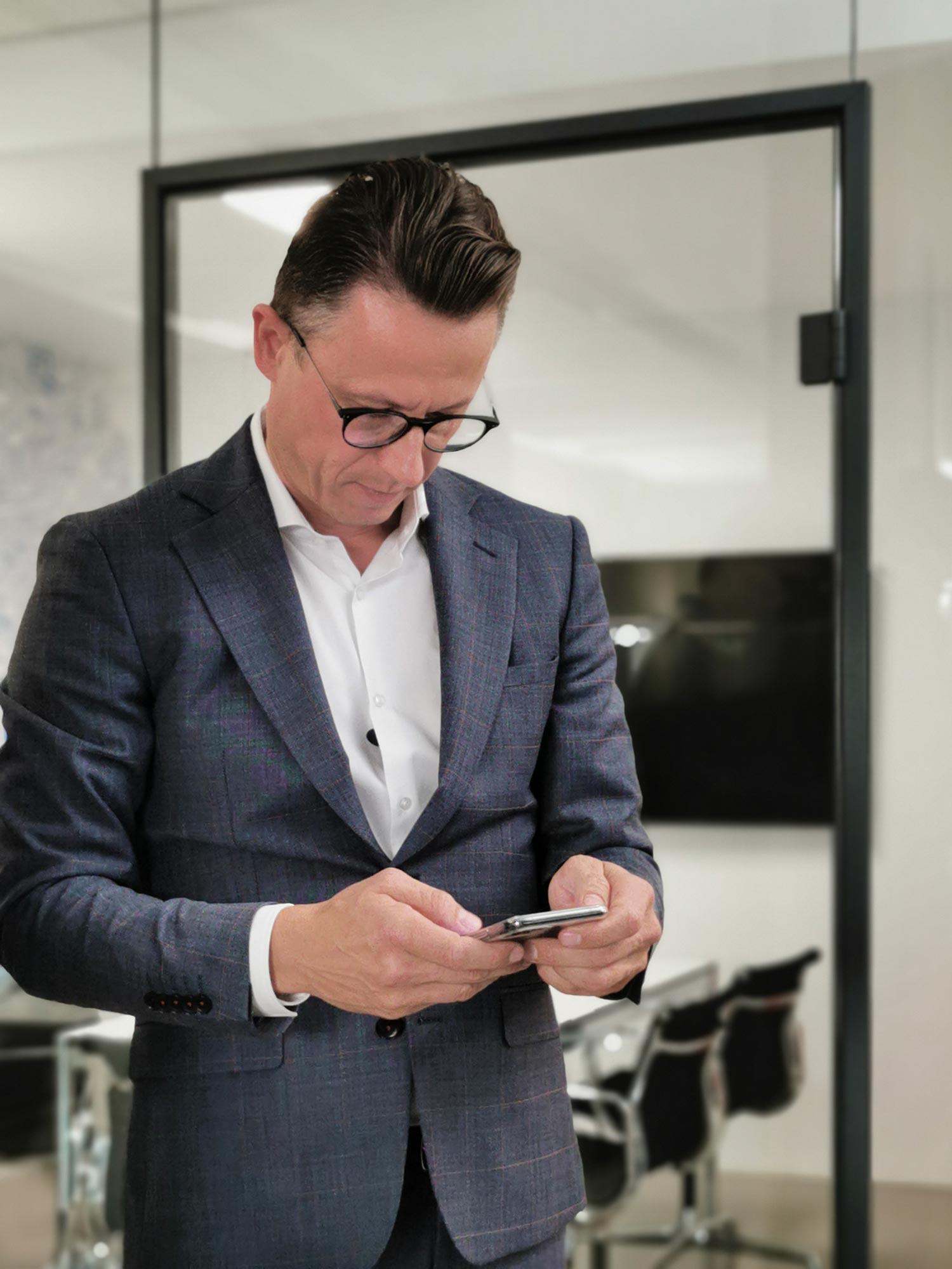 Dean Vukovic - immer bei der Arbeit - Gewerbemakler für Büroflächen in Frankfurt