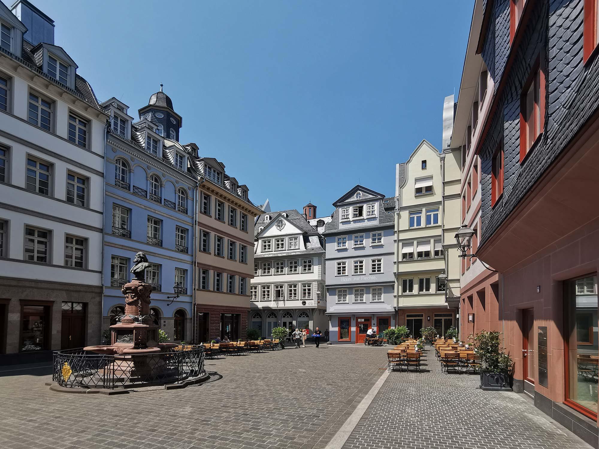 Hühnermarkt - Neue Altstadt Frankfurt - Stoltze Brunnen - Wiederaufgebaute Altstadt - Dom Römer Areal