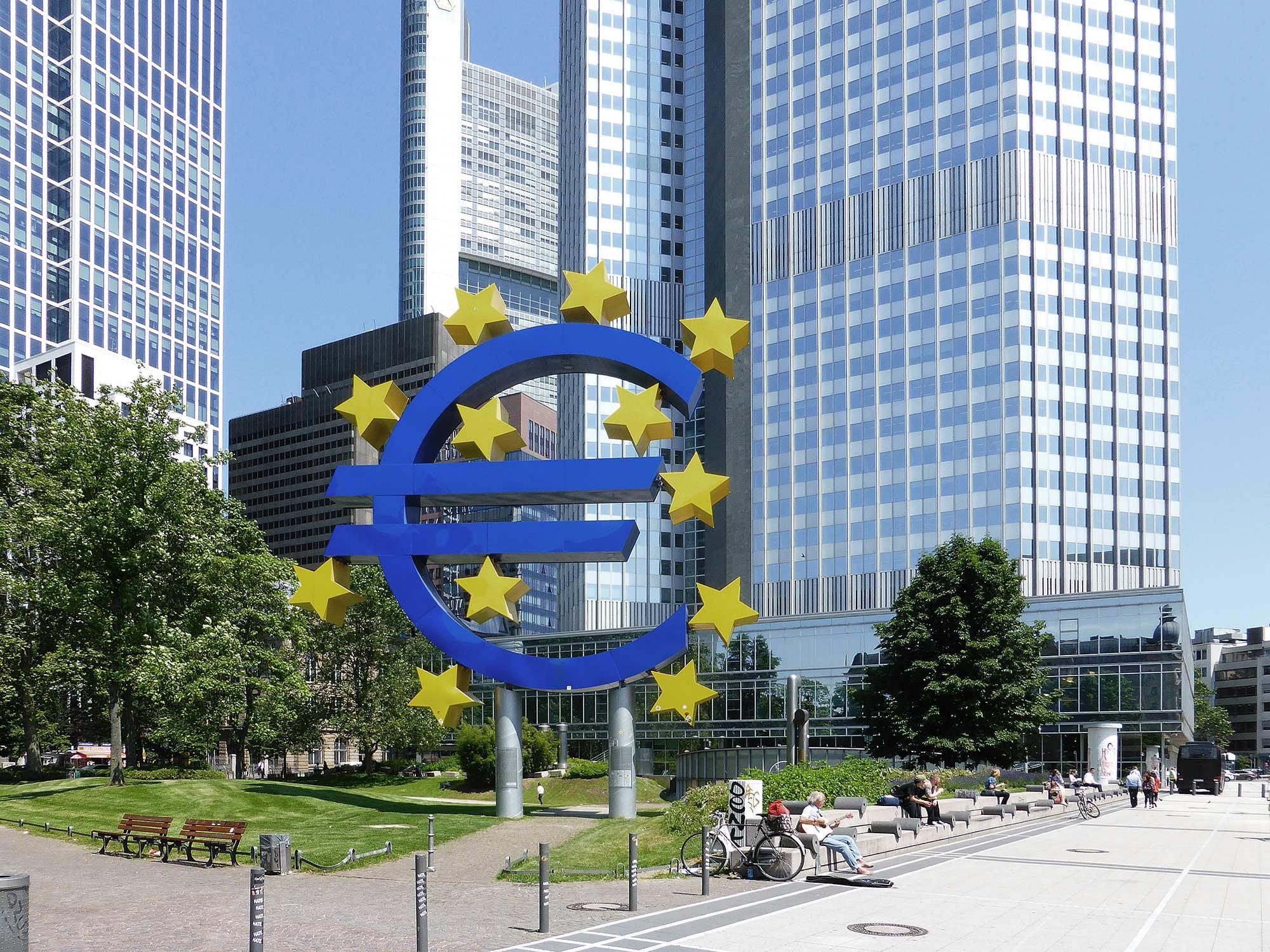 Eurotower Frankfurt - Euro Skulptur im Frankfurter Bankenviertel