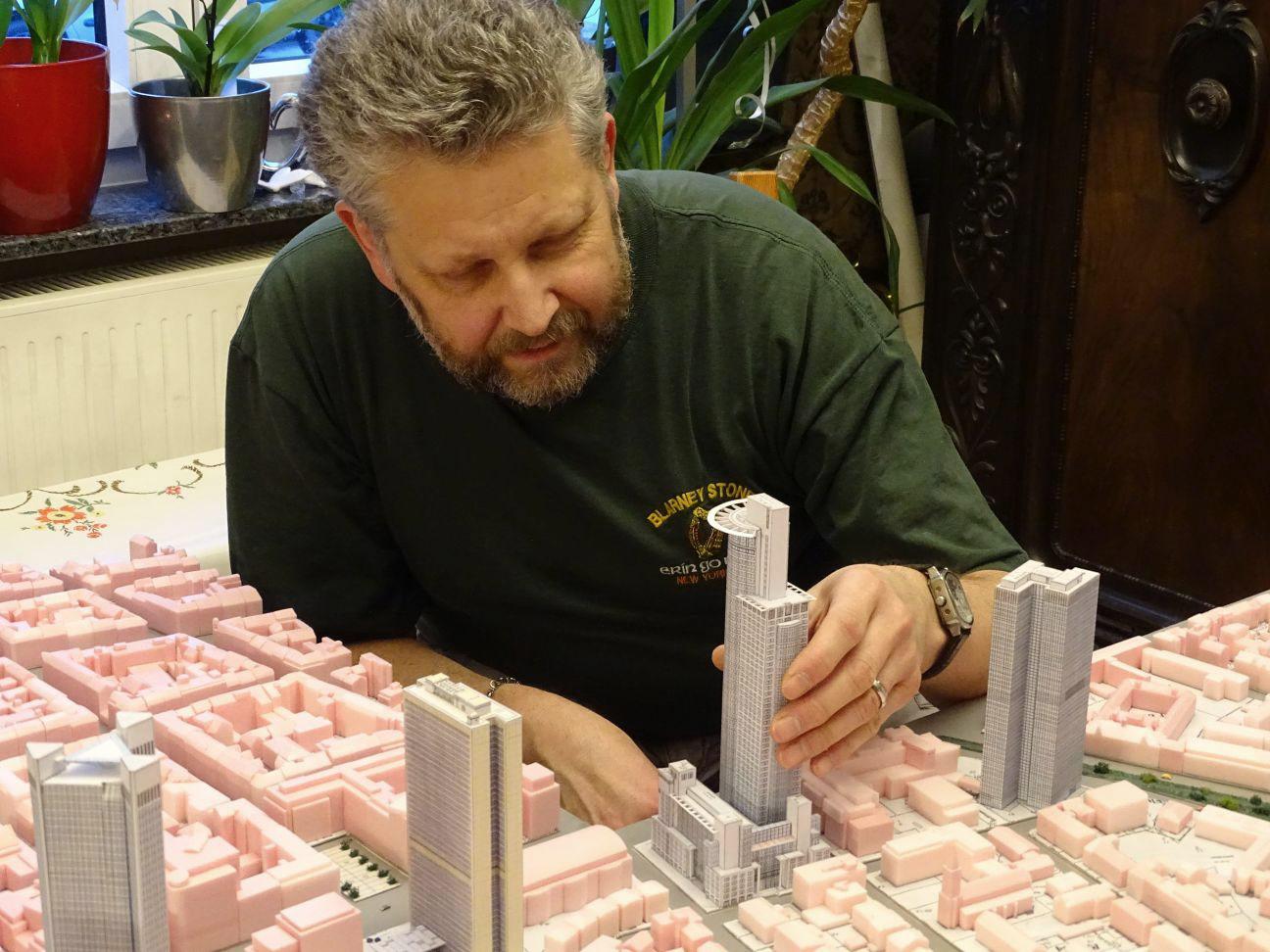 Frank Reuter - Modellbauer der Skyline Frankfurt