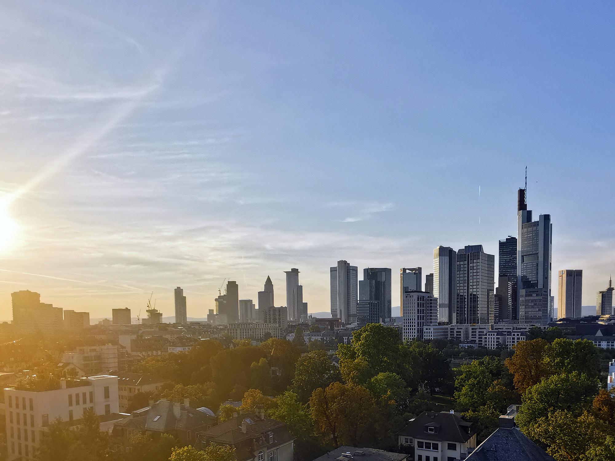 Frankfurt Luftbilder der Skyline beauftragen - Panorama Frankfurt kaufen - Skylineflug Sachsenhausen durch Drohnenexperten