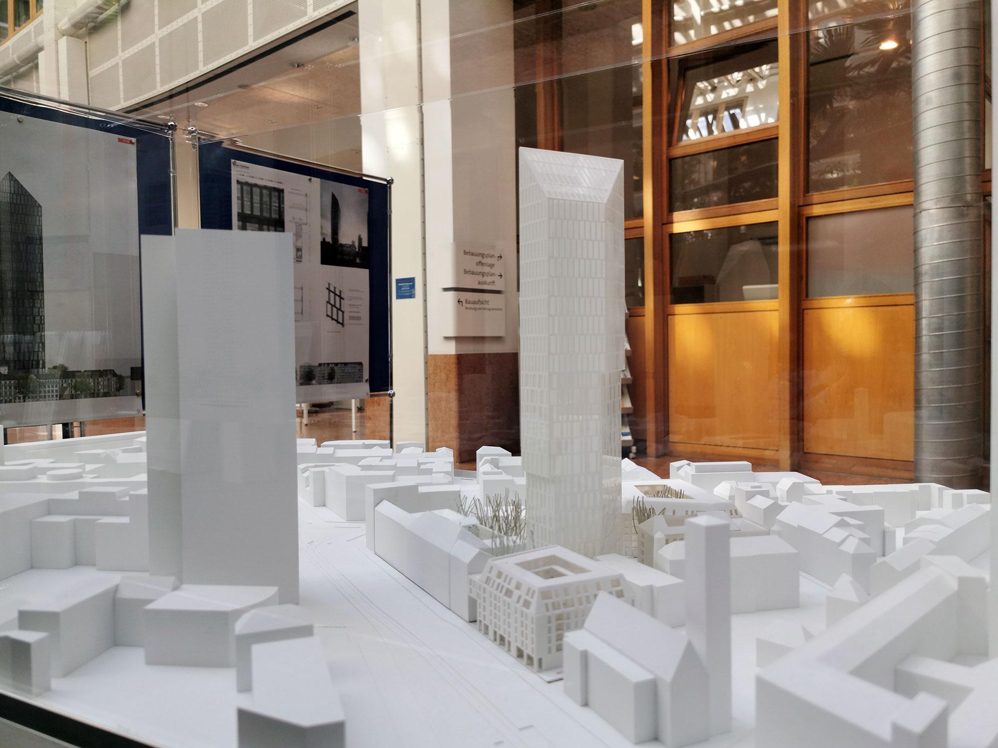 Hochhaus Prisma - Kristall am Präsidium - Hochhausmodell der geplanten Bebauung - altes Polizeipräsidium - Das Präsidium - Projektentwickler Gerch Group
