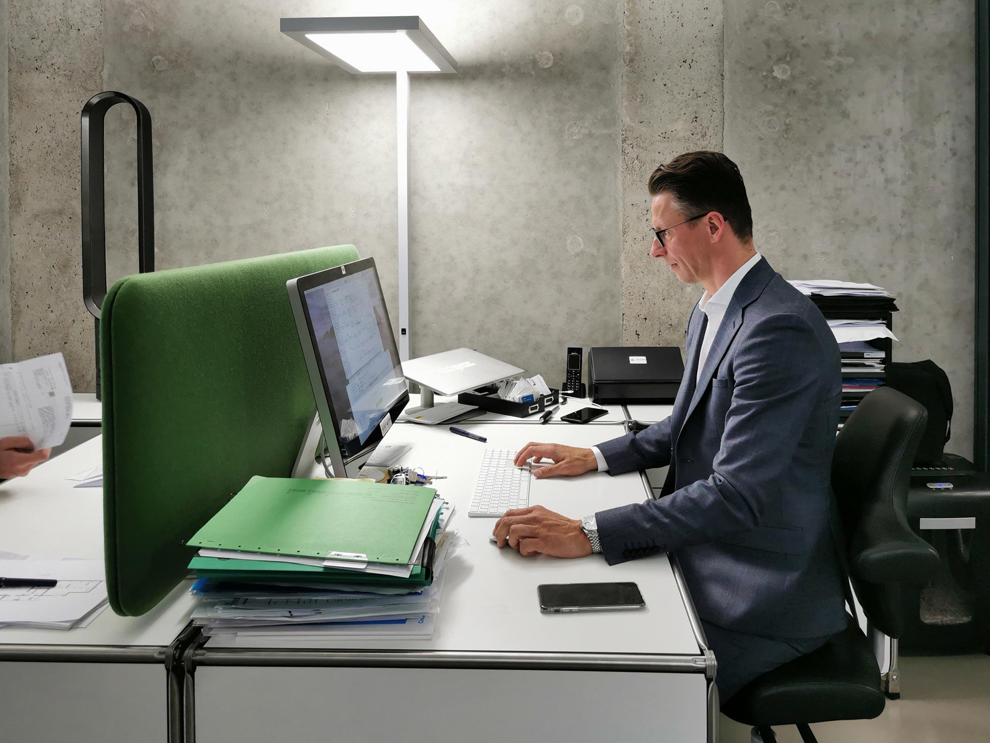Immobilienmakler bei der Arbeit - Beratung für Kapitalanleger und Immobilienkäufer in Frankfurt