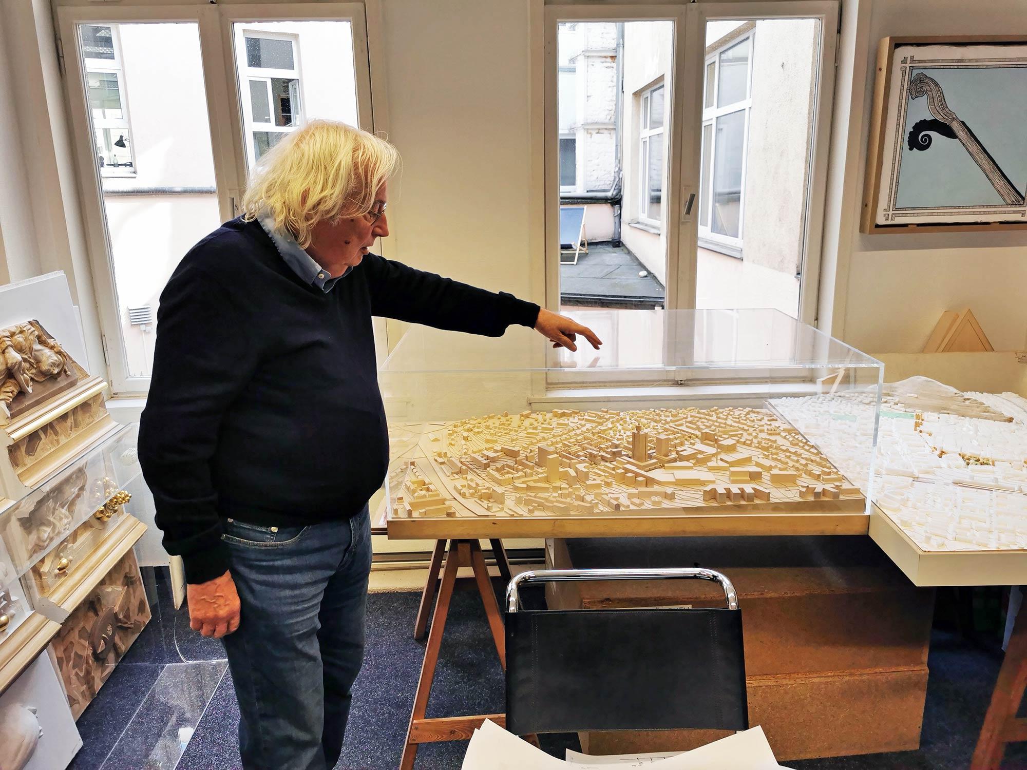 Jochem Jourdan an einer städtebaulichen Studie zum Henninger Turm Areal