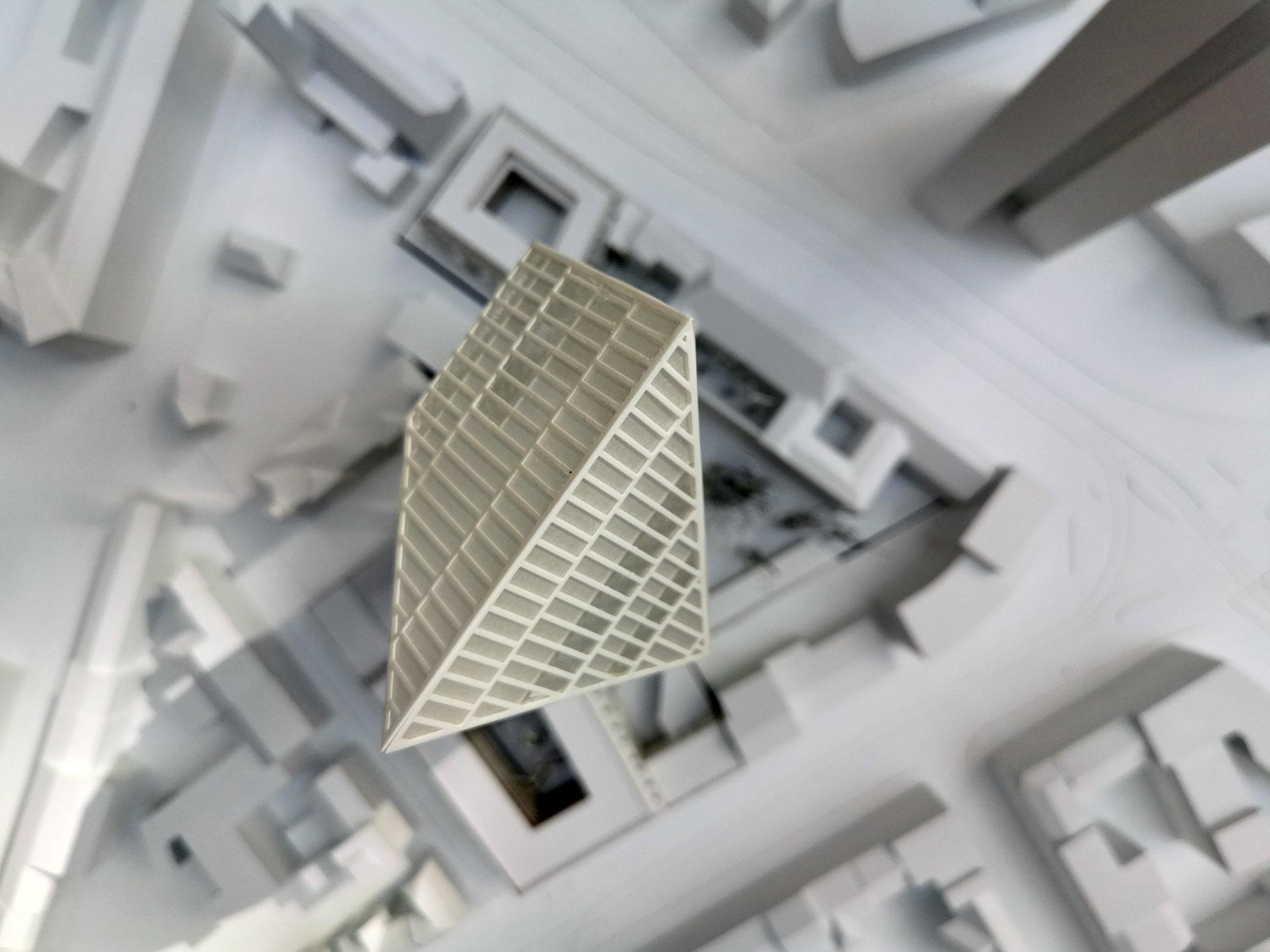 Das Hochhausmodell vom neuen Hochhaus auf dem Gelände des ehemaligen Polizeipräsidiums in Frankfurt am Main - Projektentwickler Gerchgroup aus Düsseldorf