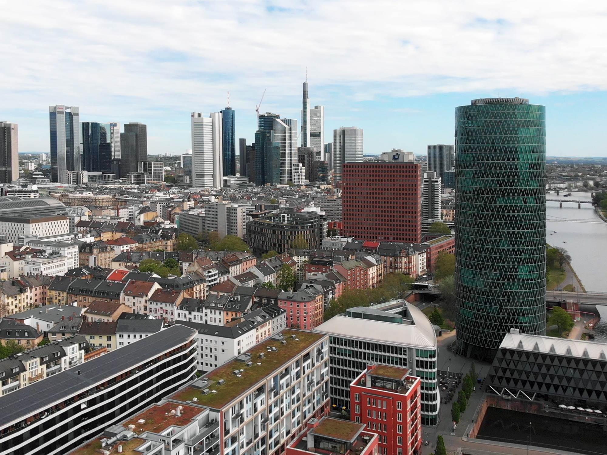Panorama Frankfurt - Luftaufnahmen Skyline - Bankenviertel Luftaufnahme - Hochhäuser und Wolkenkratzer Drohnenflug