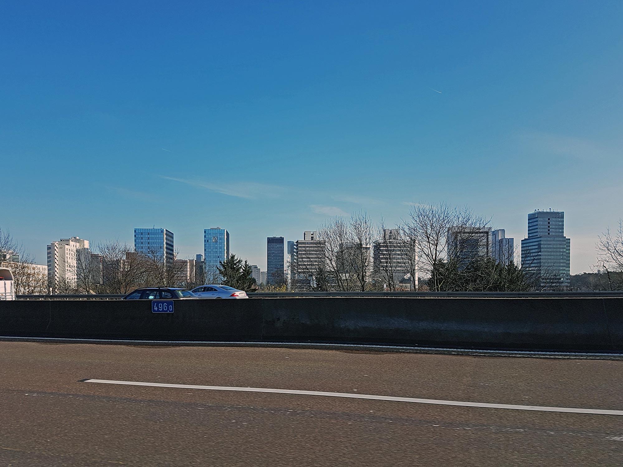 Bürostadt Frankfurt Niederrad - Skyline Lyoner Viertel von der A5 Autobahn aus gesehen - Skyline mit Hochhäusern