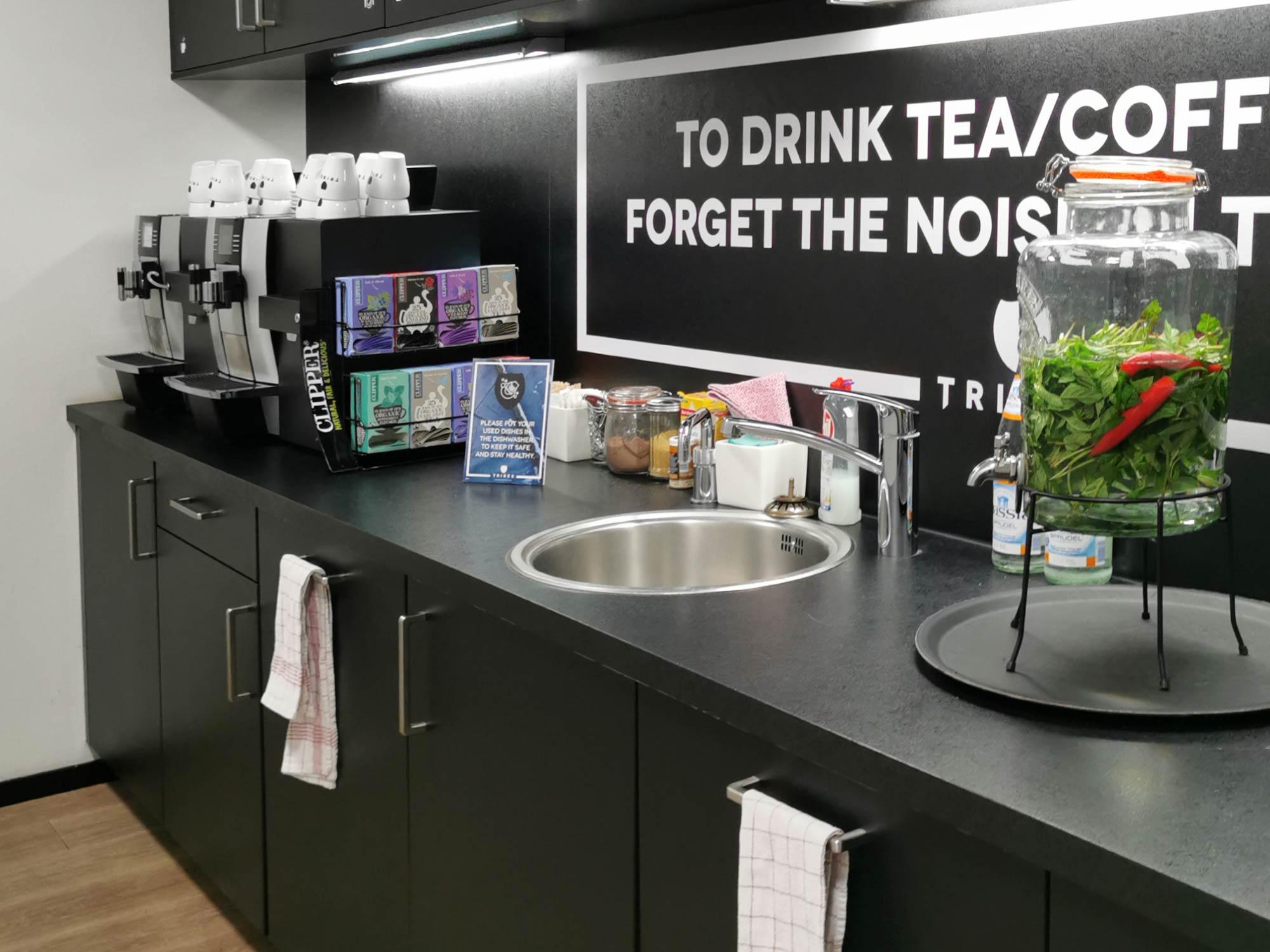 Coworking Küche mit Herbal Water: Das selbst gebraute Erfrischungsgetränk gibt es an allen Tribes-Standorten in wechselnden Geschmacksrichtungen (hier: Wasser/Minze/Chilli)