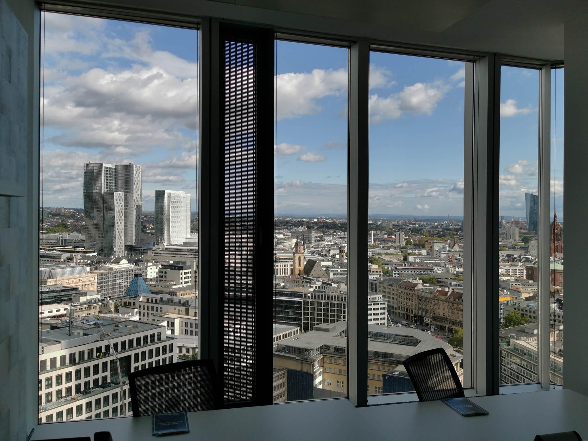 Coworking mit Skylineblick - Frankfurt Coworking Ausblick Skyline - Panorama Frankfurt - Tribes Garden Tower