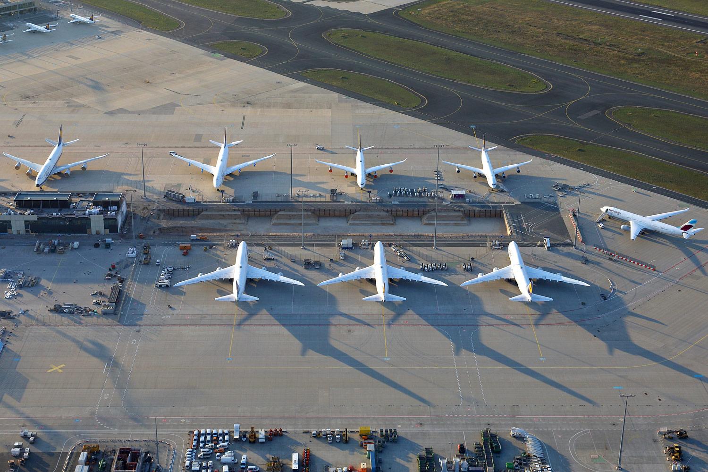 Flugzeuge am Boden - Frankfurter Flughafen - Luftbild vom Überflug