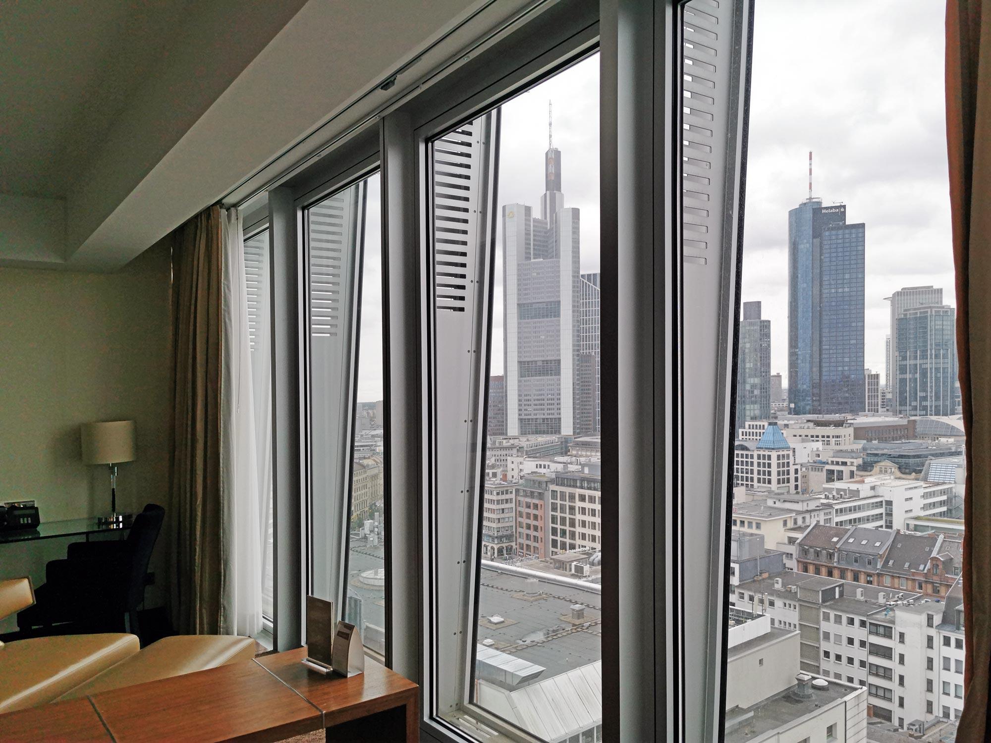 Frankfurt Skyline Hotel mit Blick auf Wolkenkratzer - Frankfurt Panorama Hotel - Hotel mit Skylineblick in Deutschland - Jumeirah Hotel Tower - Hotelzimmer