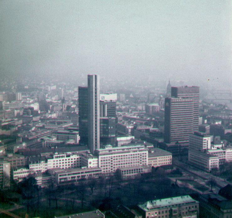 Frankfurt Helaba - Das Hochhaus der hessischen Landesbank ca. im Jahr 1986 - Bankenviertel Frankfurt 1986 - Garden Tower - Commerzbank Hochhaus - Deutsche Bank Hochhaus - Fotografiert von Frank Reuter
