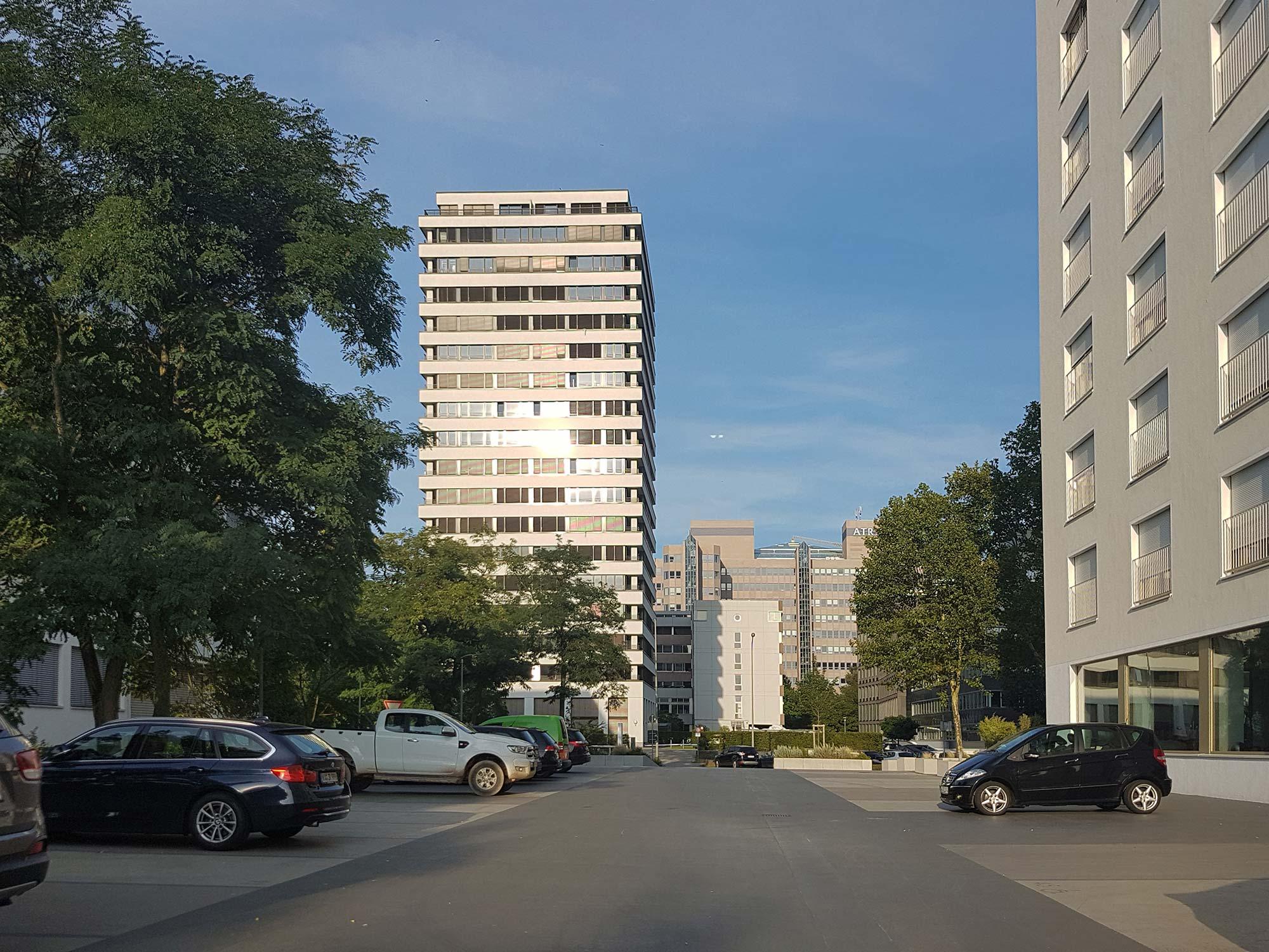 Wohnhochhaus von Stefan Forster Architekten: Lyoner Straße 19 Frankfurt - Ebenfalls neu errichtet: Das Wohnhochhaus Ly30 (Lyoner Straße 30) rechts im Bild angeschnitten