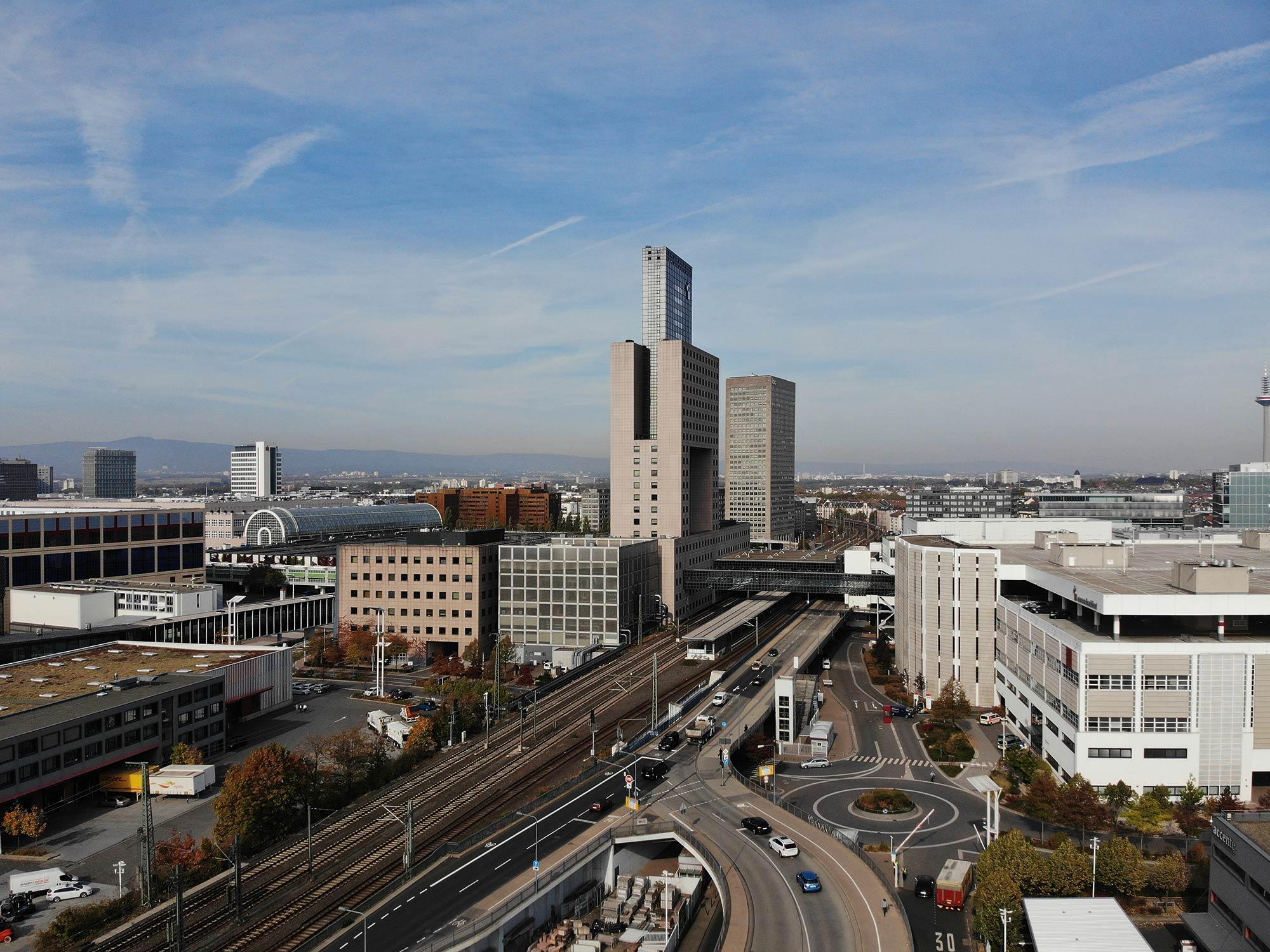 Messe-Torhaus von Oswald Mathias Ungers - Galleria - Messehallen Frankfurt - Messegelände Frankfurt am Main - Panorama - Luftaufnahme