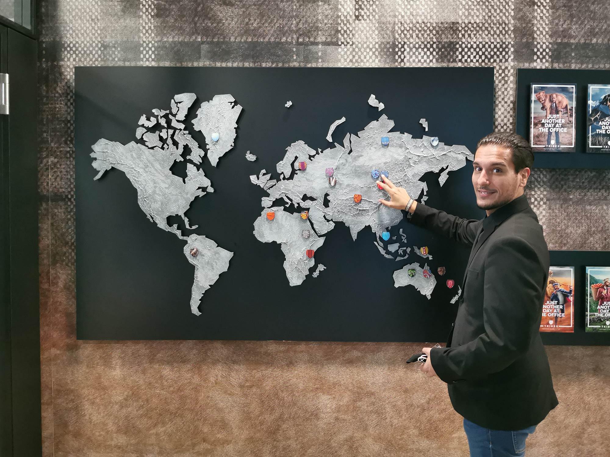 Michael Xanthakos (Standortleiter von Tribes in Frankfurt) zeigt die Nomadenstämme der Welt, nach denen Tribes inspiriert wurde