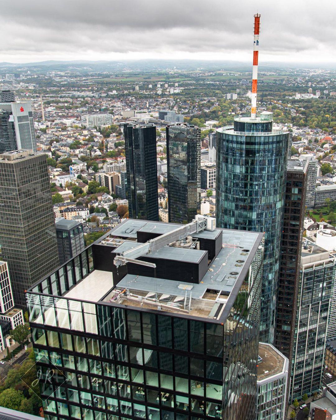 OmniTurm Frankfurt - Dach und Fassadenbefahranlage - aufgenommen im Jahr 2020 von Ralf Jock