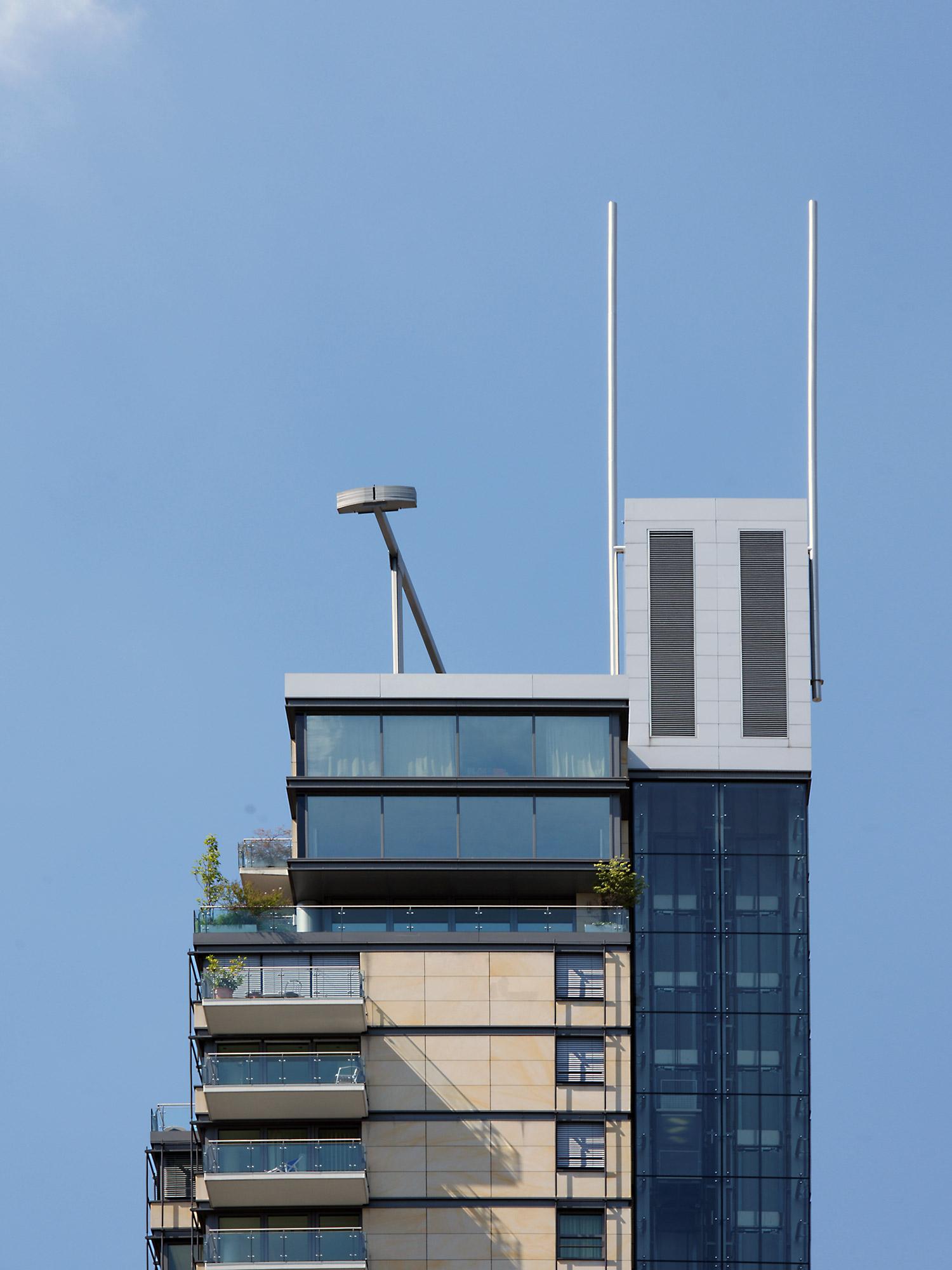 Hochhaus Frankfurt mit Antennen - Skylight Turm Frankfurt - Apartmenthaus mit Wohnungen
