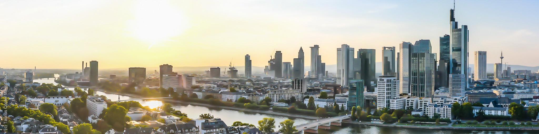 SKYLINE ATLAS - Frankfurt Panorama - Frankfurter Hochhäuser - Wolkenkratzer Ansicht - Hochhäuser - (c) Taunus Copter Mario Stock