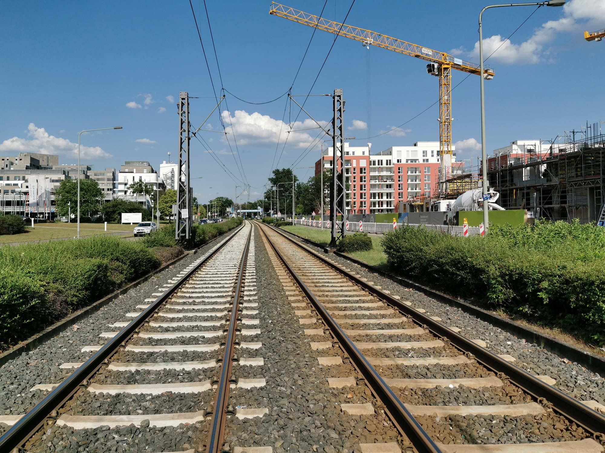 Straßenbahn-Gleise im Lyoner Quartier Frankfurt - überall entstehen rings herum neue Wohngebäude