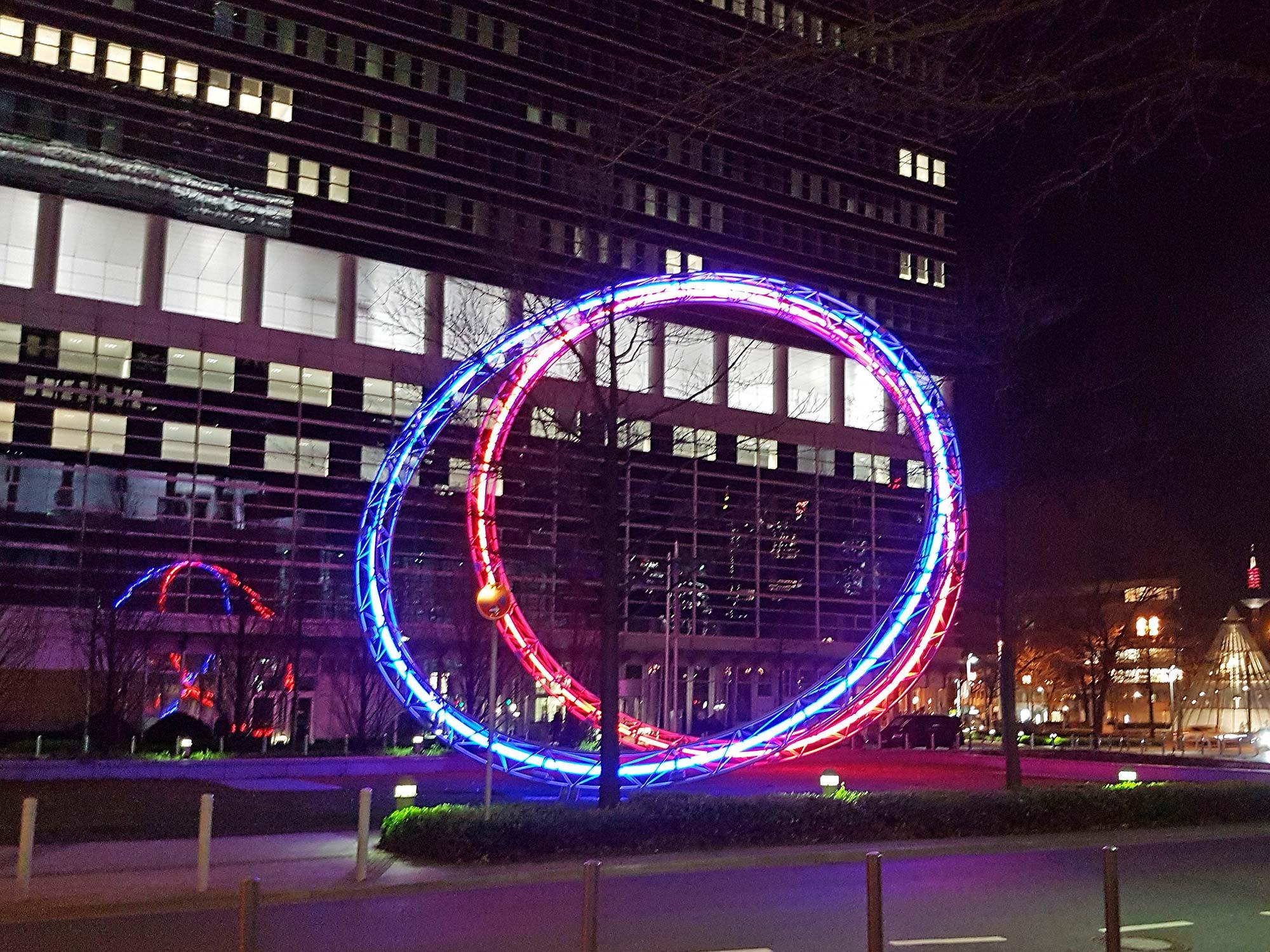 Synergie - Lichtskulptur auf dem Platz der Einheit zwischen den Türmen von Forum Frankfurt - Entworfen von Christian Herdeg