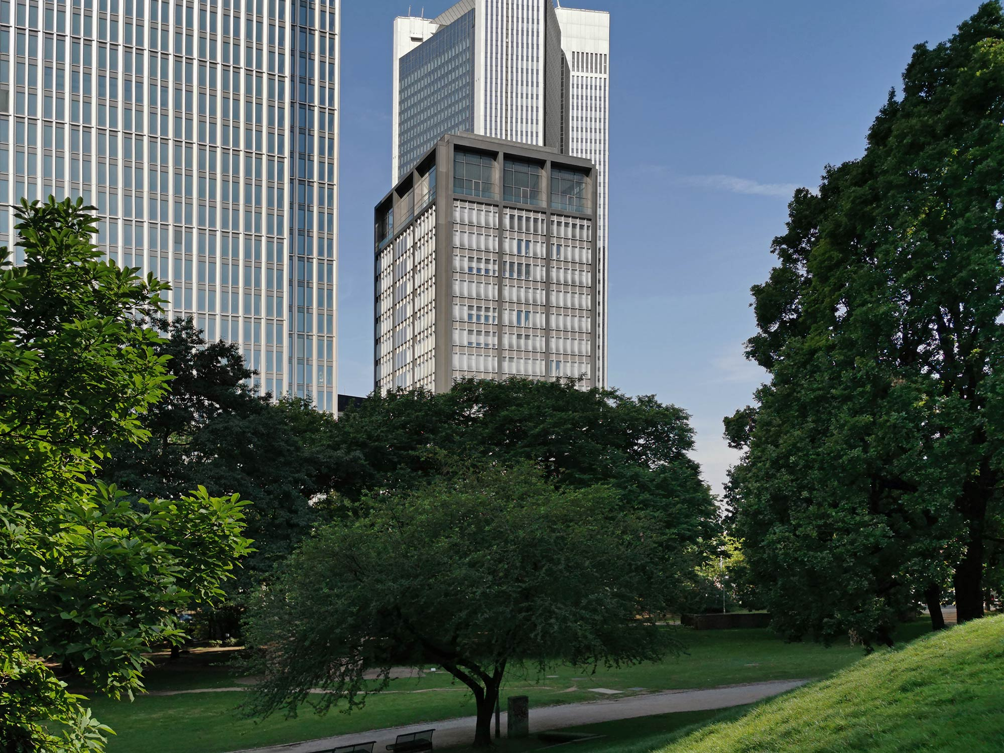 T11 Frankfurt - von den Wallanlagen aus gesehen - Taunusanlage 11 Hochhaus