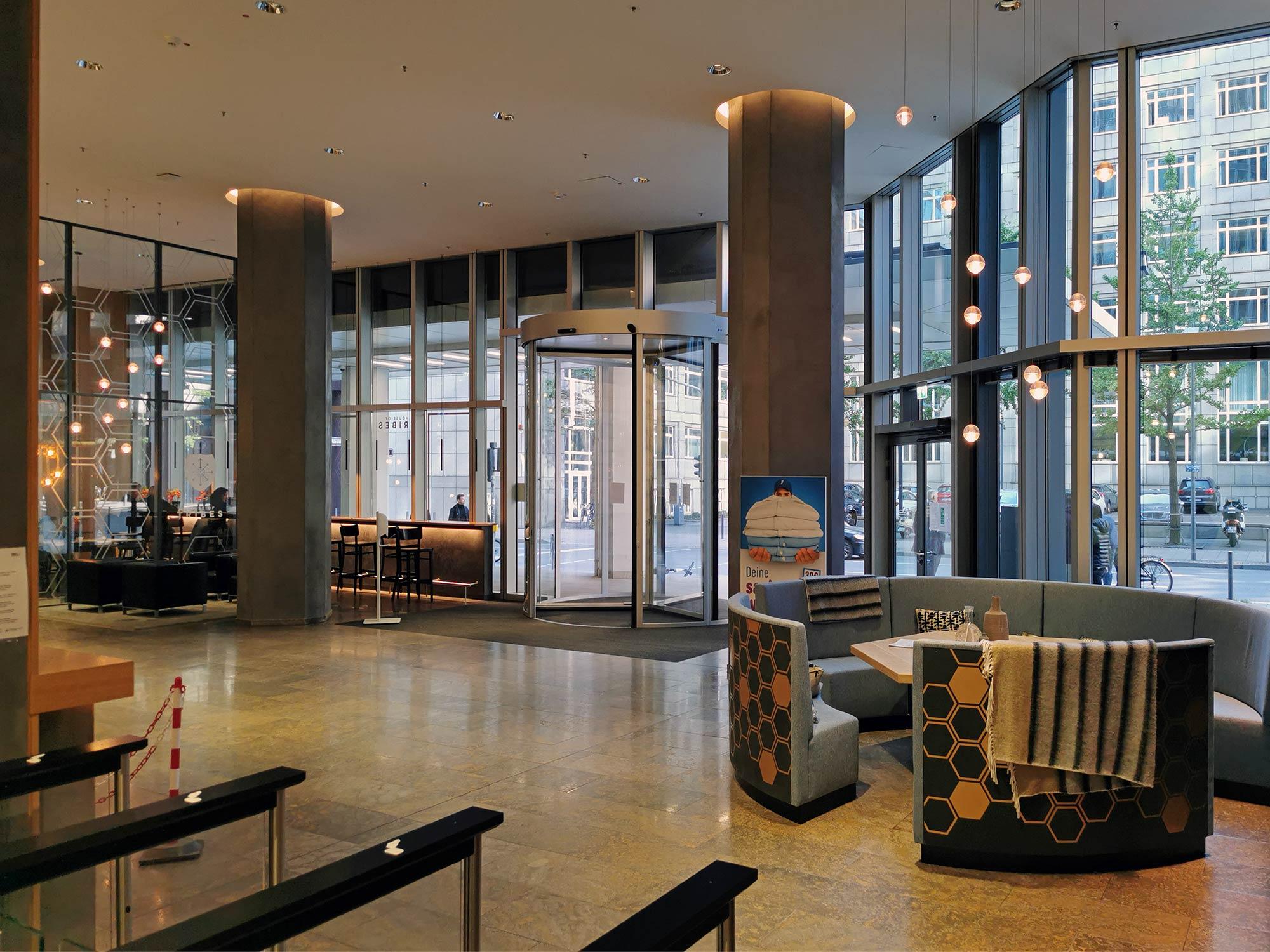 Tribes Garden Tower Frankfurt - Co Working Eingangsbereich Lobby - rechts im Bild der Tribal Table von Tribes