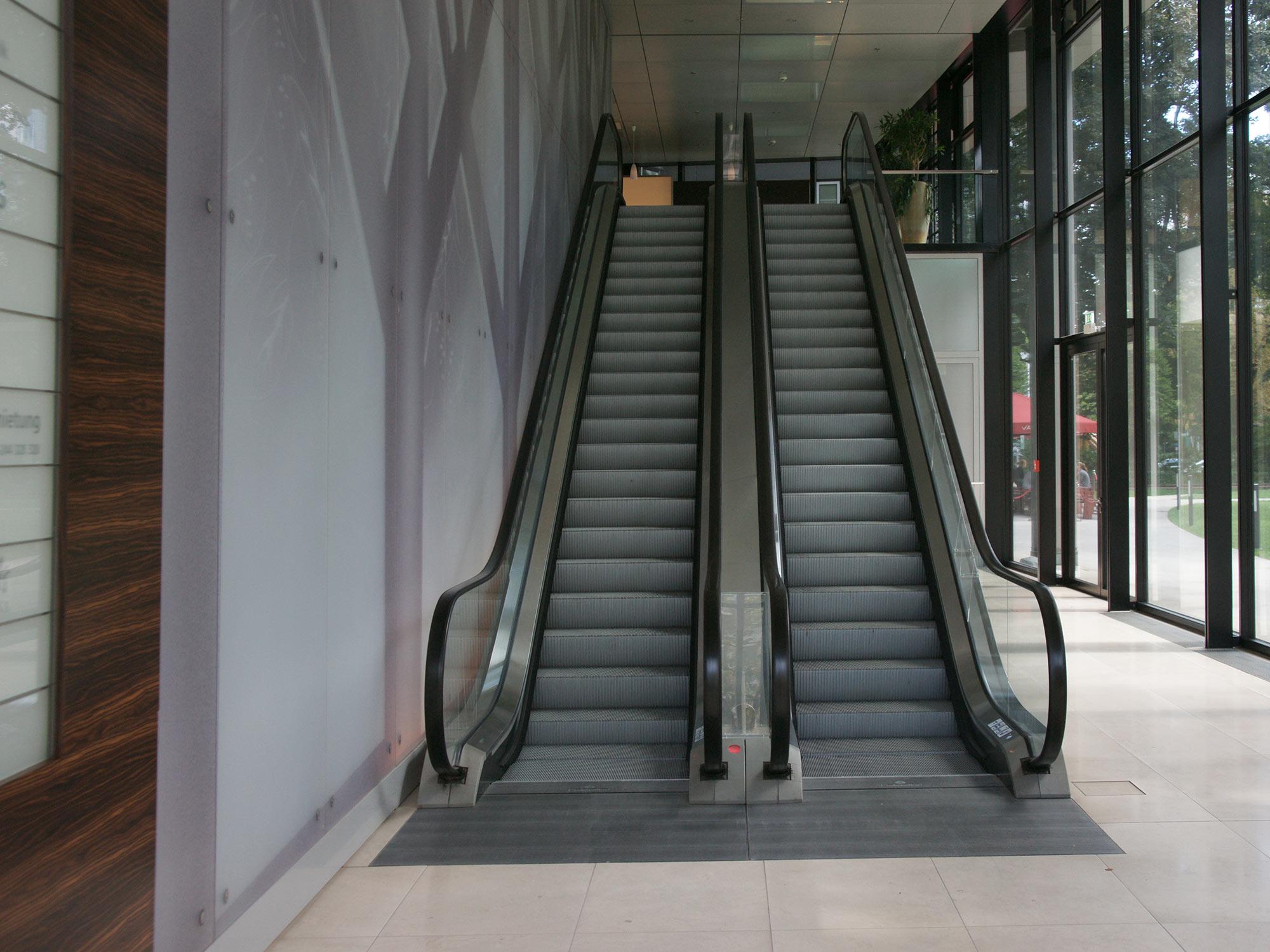Rolltreppen im Eingangsbereich - Lobby Westend Duo - Büroturm Frankfurt