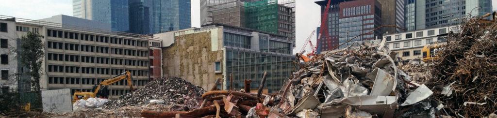 Abriss Definition - Abbruch Definition - Rückbau Definition - Bagger auf einer Hochhaus-Baustelle in Frankfurt