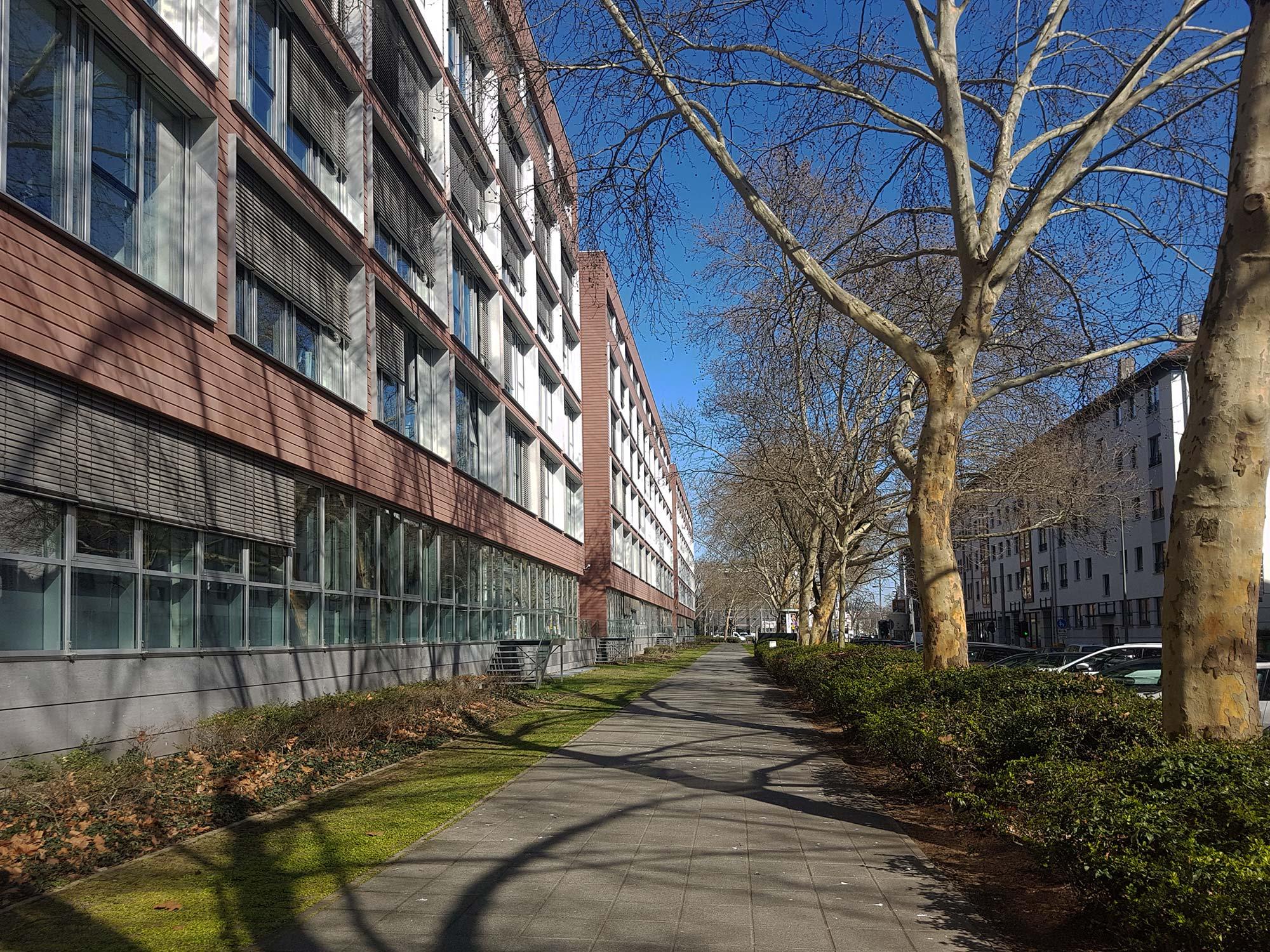 Architektur Frankfurt - Bürohaus der Allianz am Theodor-Stern-Kai - Allianz Kai Blockrandbebauung