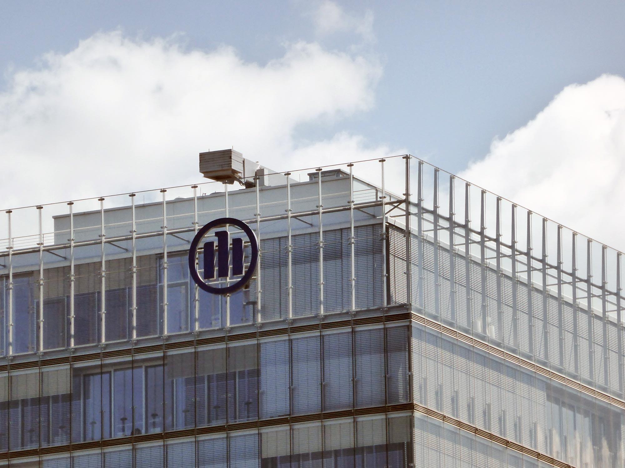 Allianz Logo am Hochhaus - Doppelfassade Hochhaus der Allianz - Allianz Kai