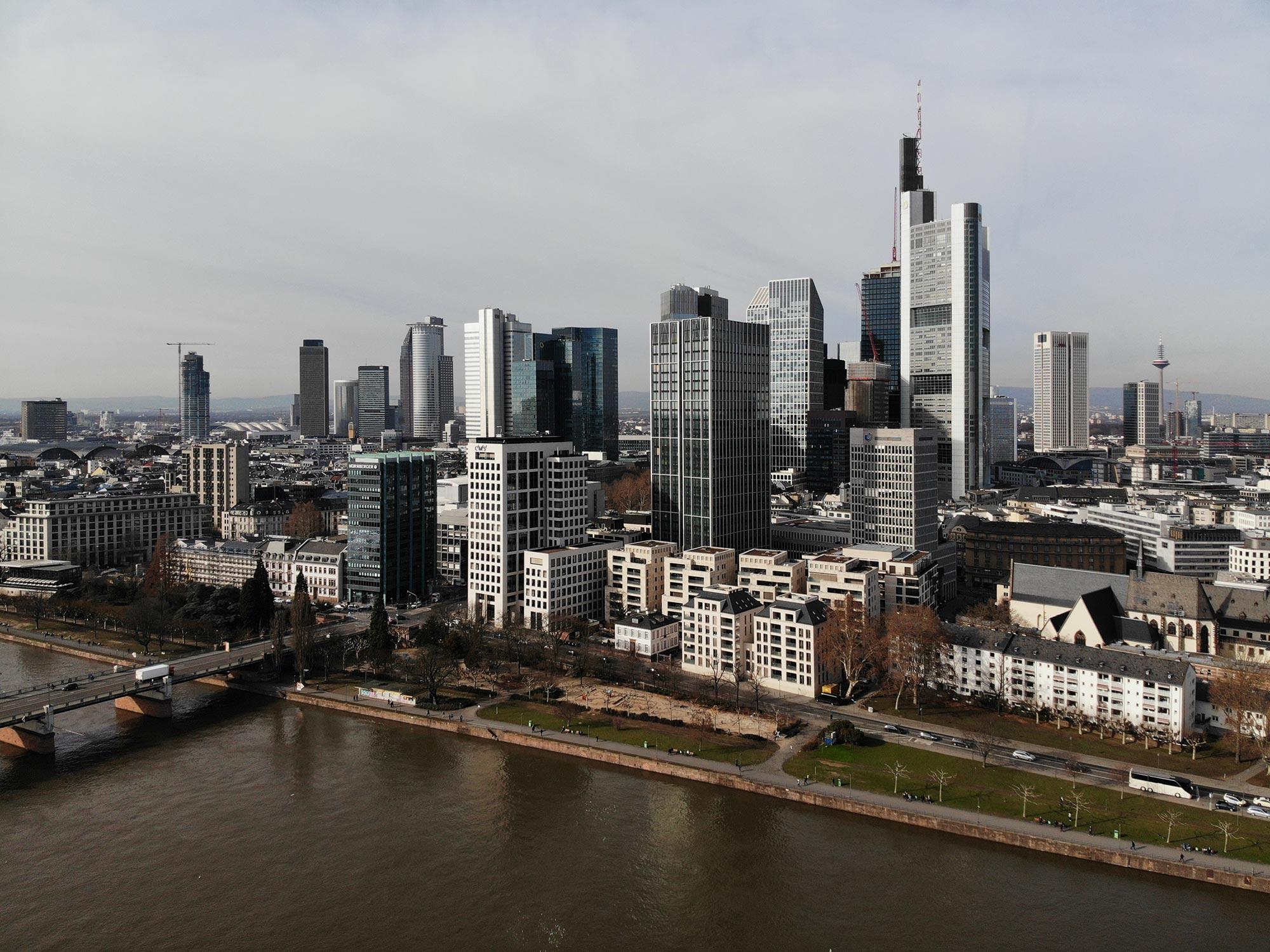 Frankfurt Foto der Skyline - Skyline Foto kostenlos - Wolkenkratzer Foto Frankfurt am Main - Download Stockfoto FFM - Foto Nr. 608-236-698
