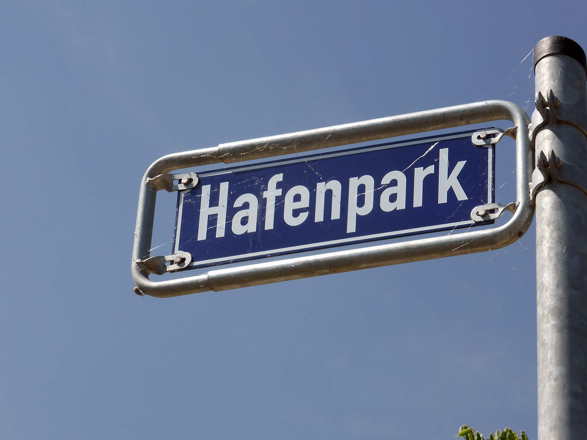 Frankfurt Hafen-Park am Main - Ostend Park - Hafenpark Schild