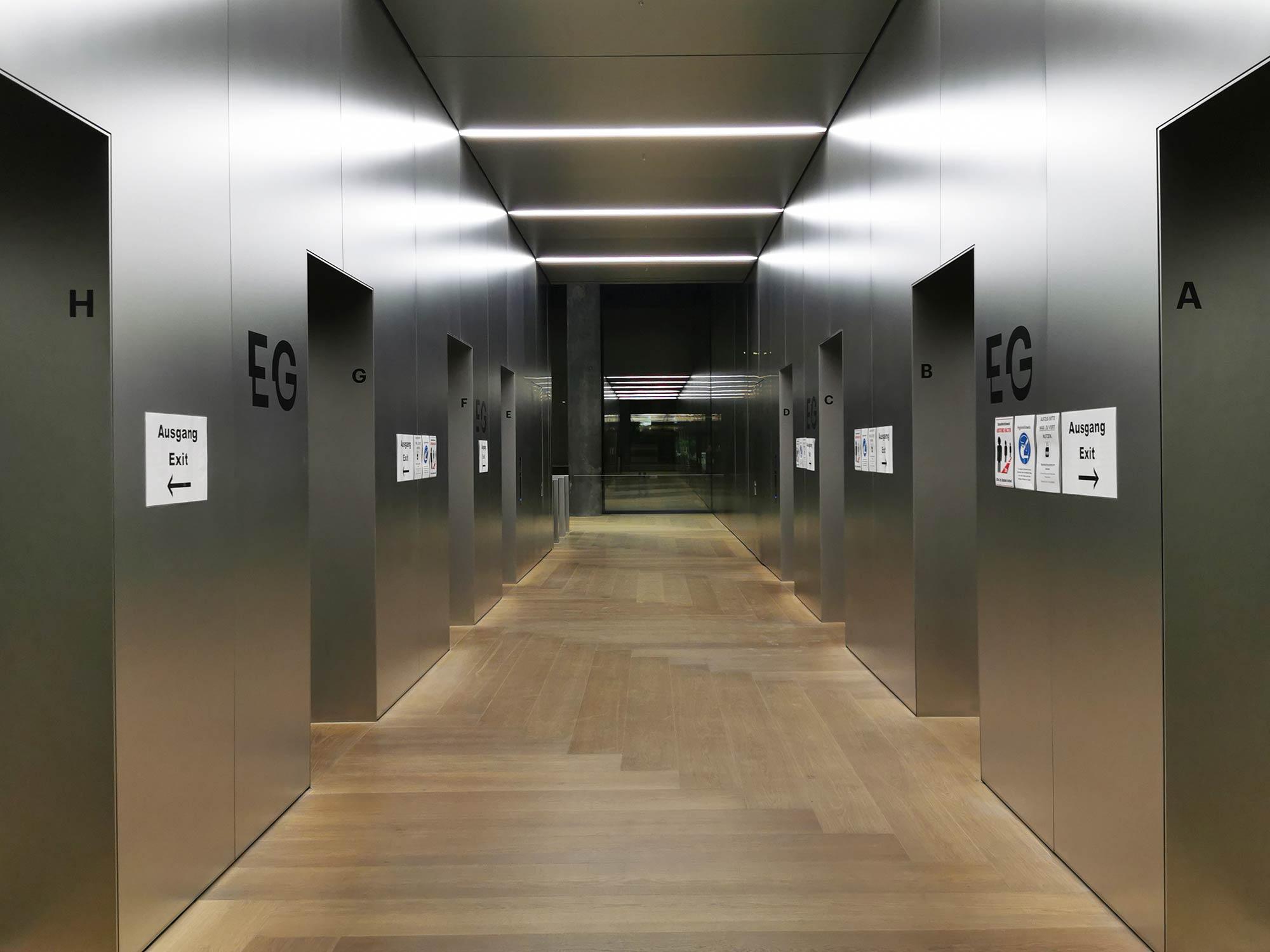 Aufzüge der Marke Schindler Elevator im Erdgeschoss - das Besondere daran: die Aufzüge haben neueste Technik, lassen in der Corona-Situation nur vier Erwachsene pro Aufzug gleichzeitig einsteigen.