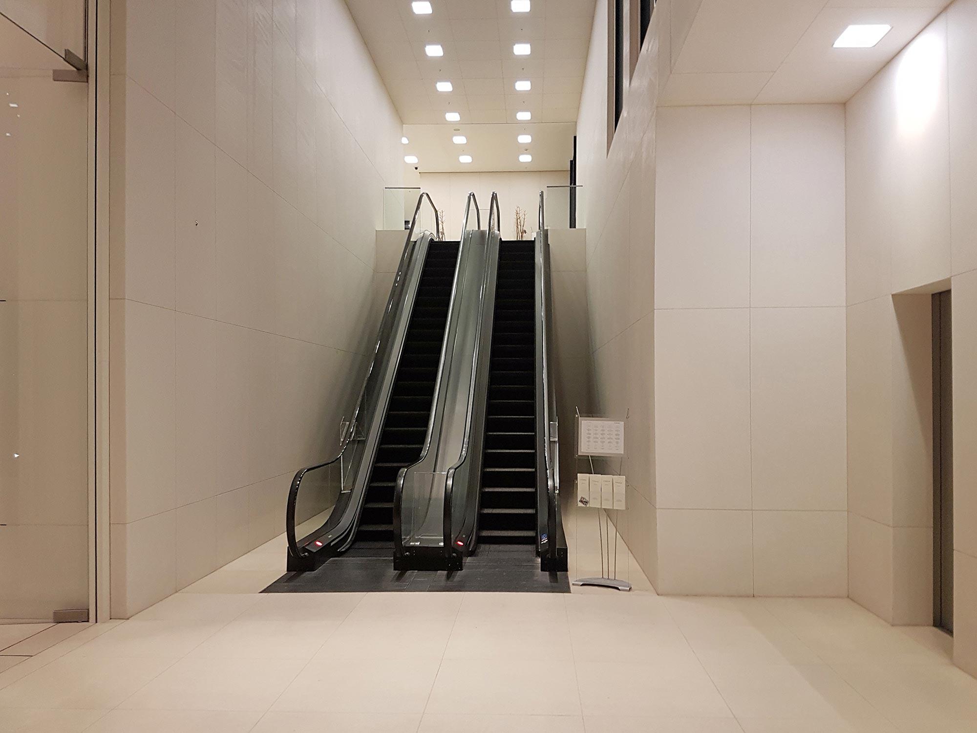 Frankfurt Rolltreppen im Inneren des Taunus Turms Residential