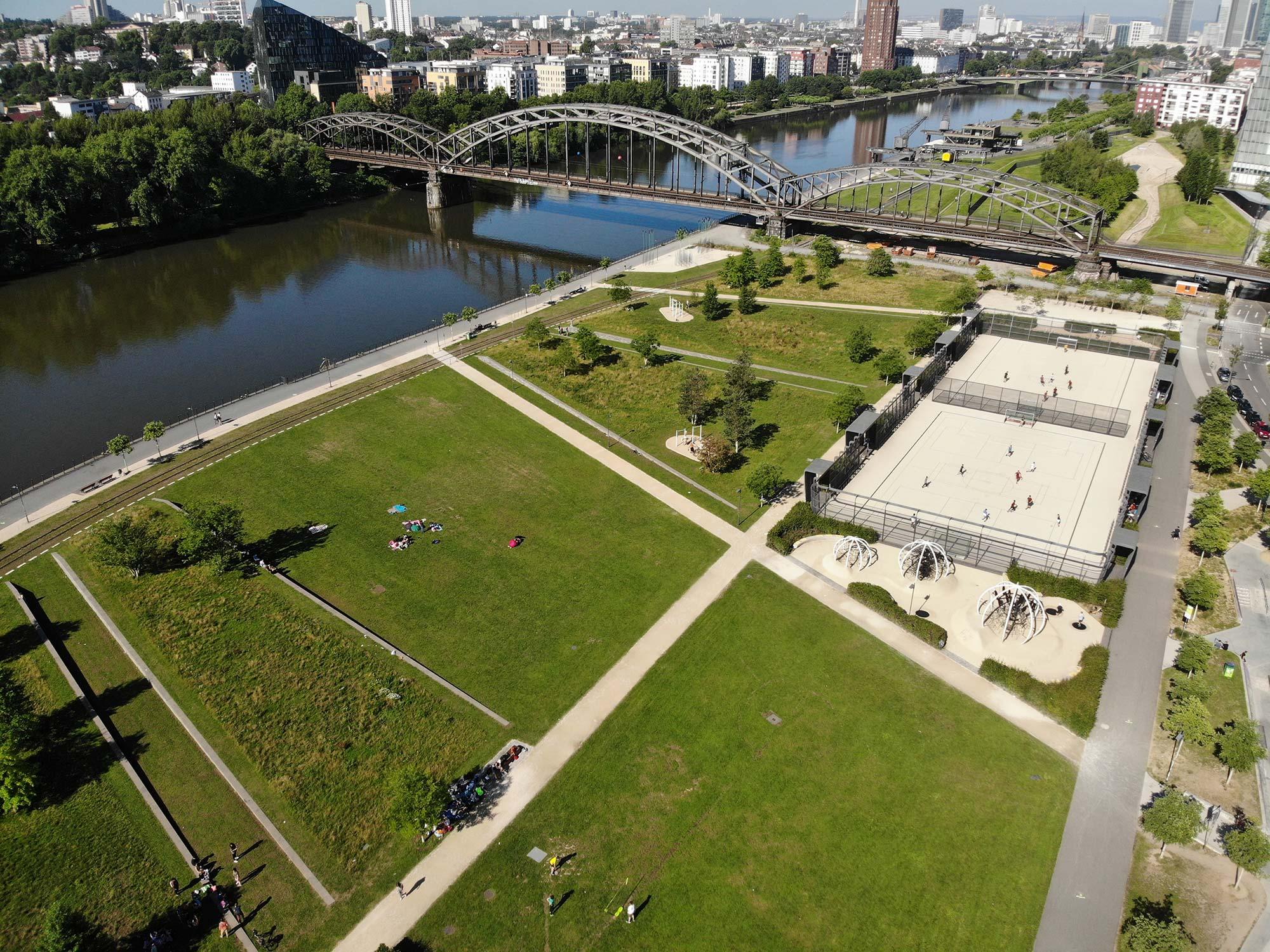 Hafenpark Frankfurt - Mainufer FFM - Main mit Park