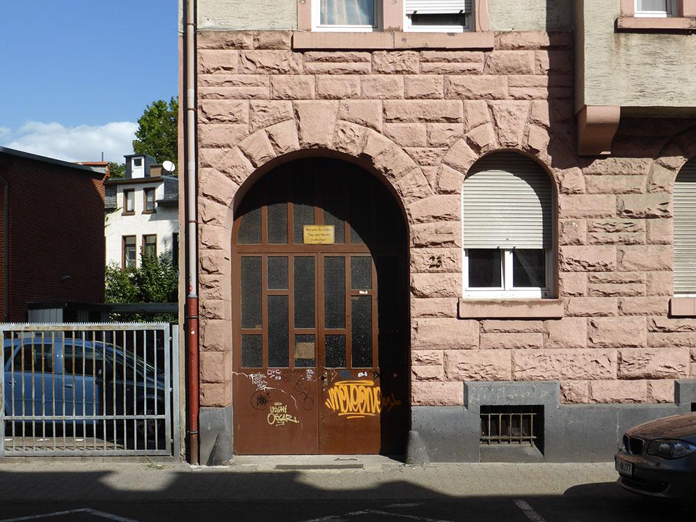 Wohnen in Offenbach wird immer teurer - Eingang zu einem Wohnhaus