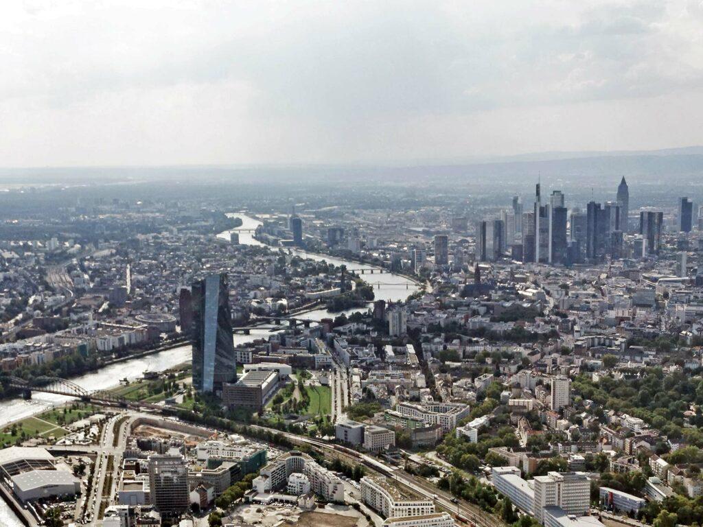 Hochhausentwicklungsplan 2021 - Neuer Hochhaus Rahmenplan der Stadt Frankfurt - geplante Hochhäuser im Ostend - Campanile - Luftbild EZB und Skyline
