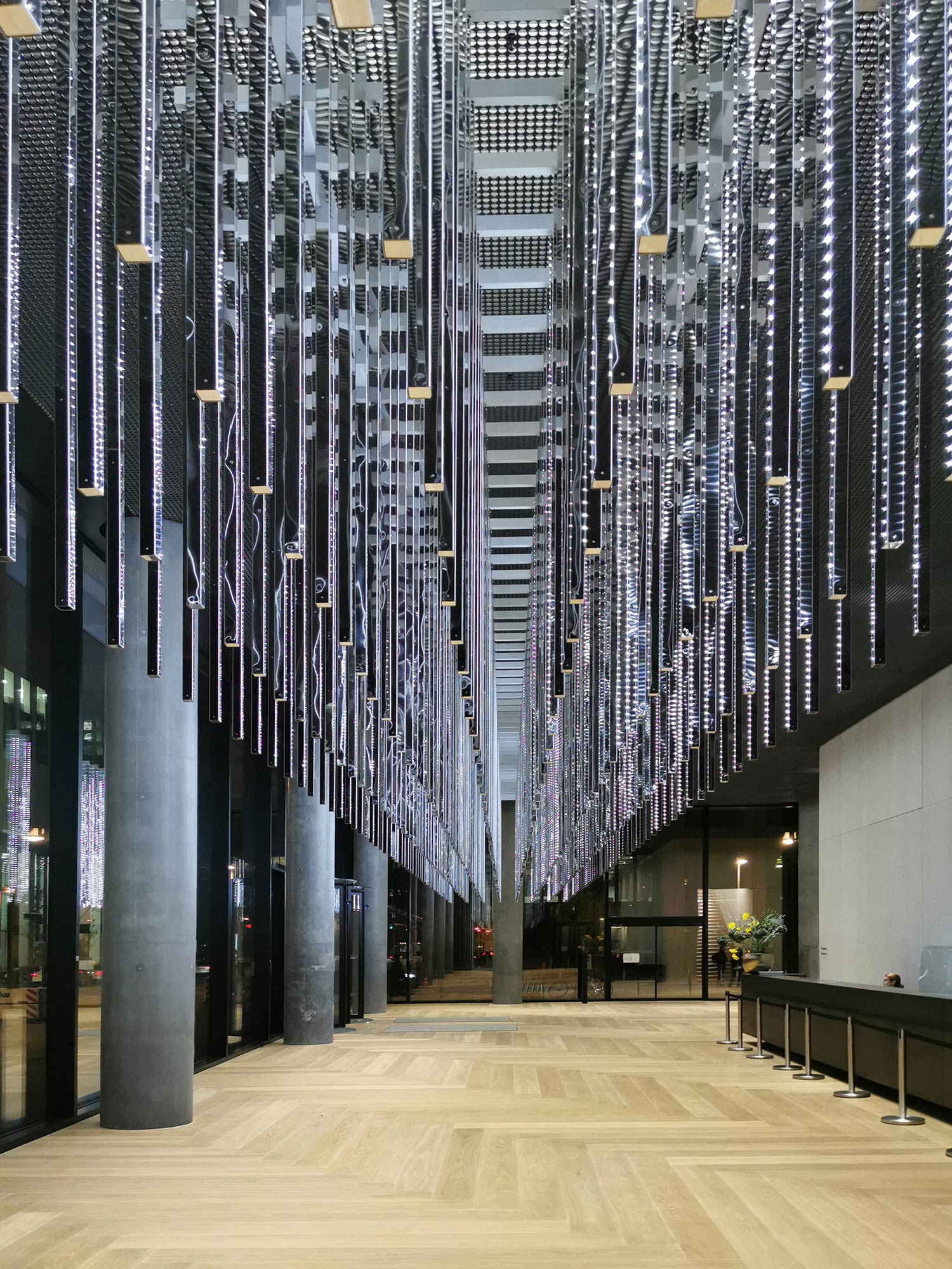 OmniTurm Lobby mit Lichtinstallation