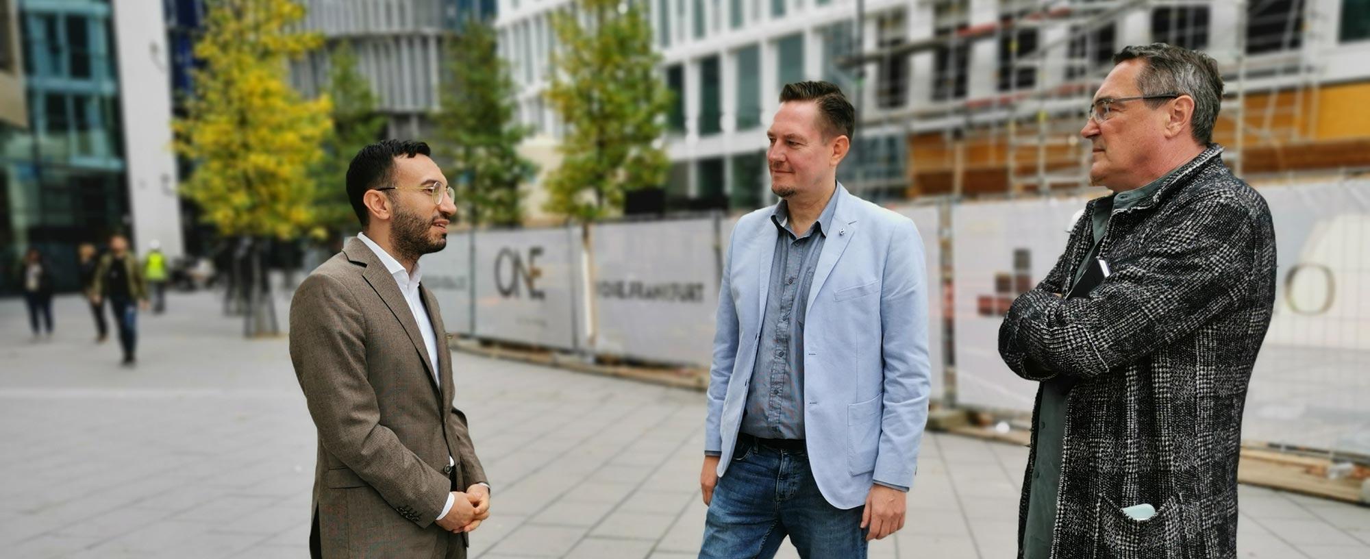 Planungsdezernent Mike Josef von der SPD (links) im Gespräch mit dem SKYLINE ATLAS - Michael Wutzke (Mitte) und Thomas Gessner (rechts)