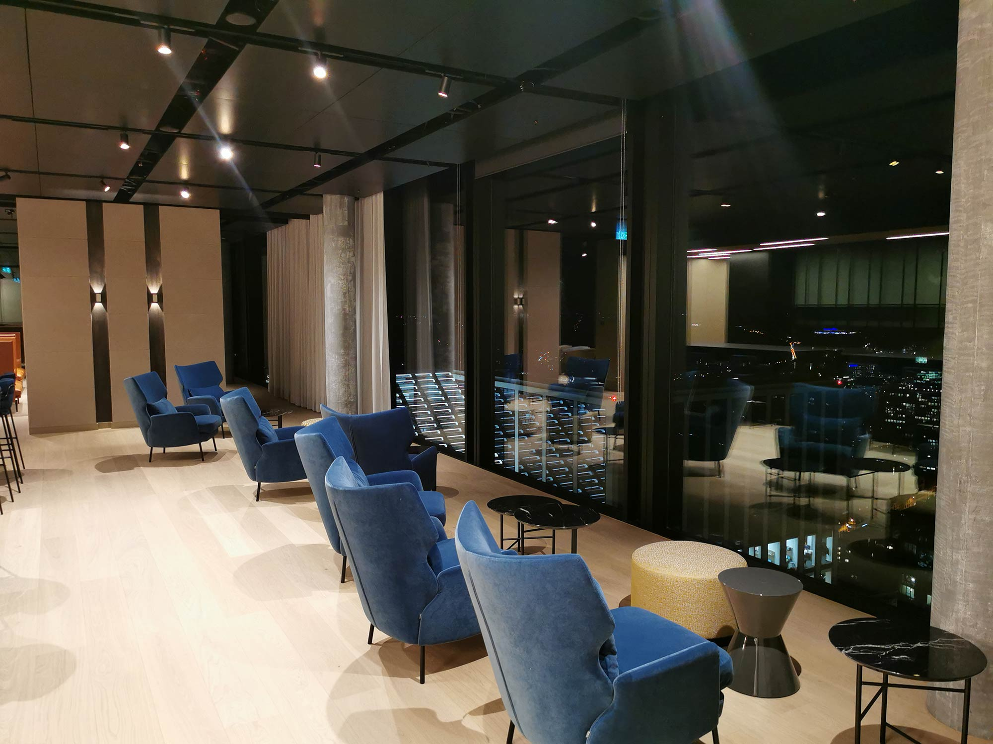 Omni Turm Frankfurt - Lounge in der 45. Etage mit Blick über Frankfurt - diese Aussicht können nur Büromieter genießen. Das Geschoss kann auch für Events genutzt werden und verfügt über eine private Bar.