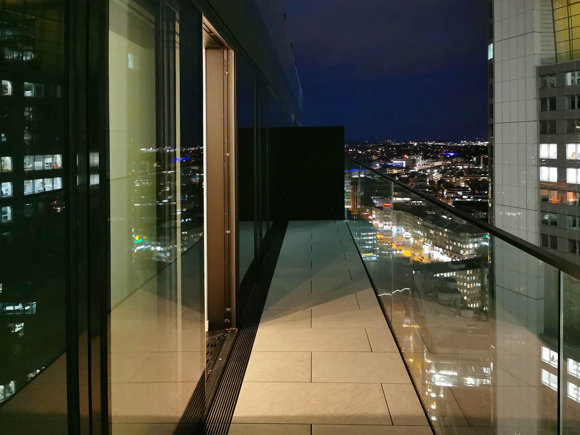 OmniTurm Mietwohnung mit Balkon im 21. OG - Luxuswohnung Bankenviertel Frankfurt Innenstadt - New York Feeling