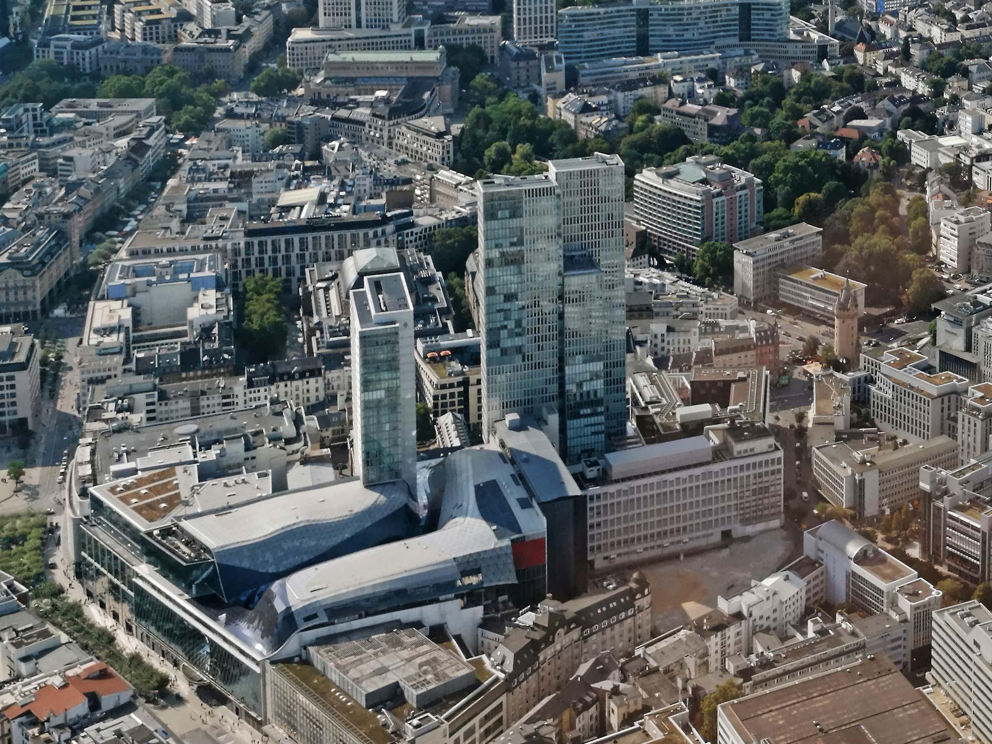 Palaisquartier Frankfurt - Palais Quartier FFM - links: Jumeirah Hotel Hochhaus - rechts daneben: Nextower - hier aufgenommen 2019