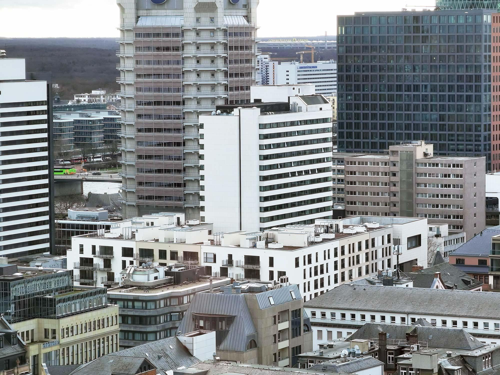 Bildmitte: Der 1969 errichtete Erweiterungsbau des Intercontinental Frankfurt (City Wing). Heute wird das Gebäude genutzt vom Scandic Frankfurt Museumsufer.