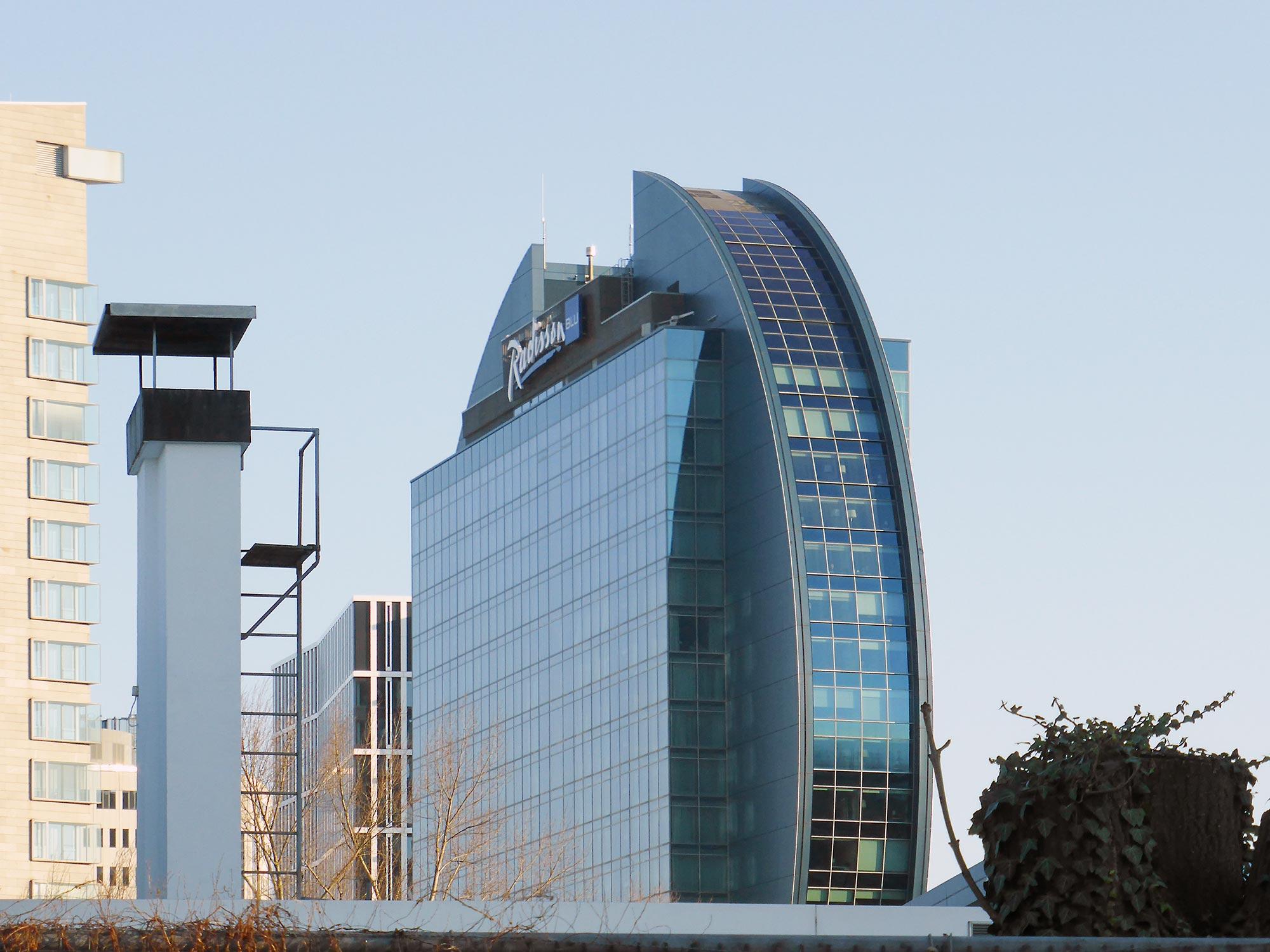 Rundes Scheiben-Hochhaus in Frankfurt - Messehochhaus mit Skylineblick - Hotel Messe Frankfurt