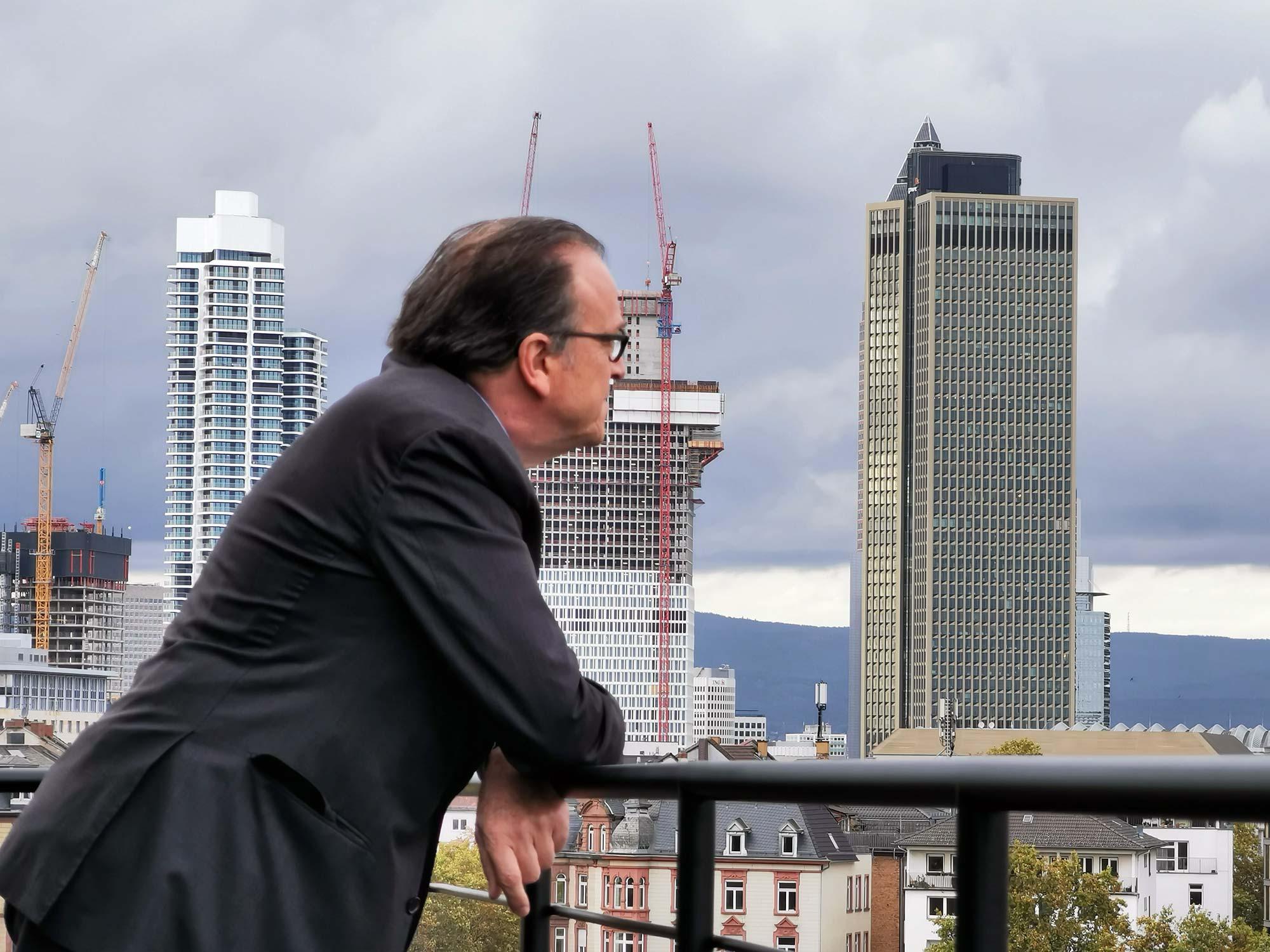 """Prof. Christoph Mäckler vor """"seinem"""" OpernTurm (ganz rechts)"""