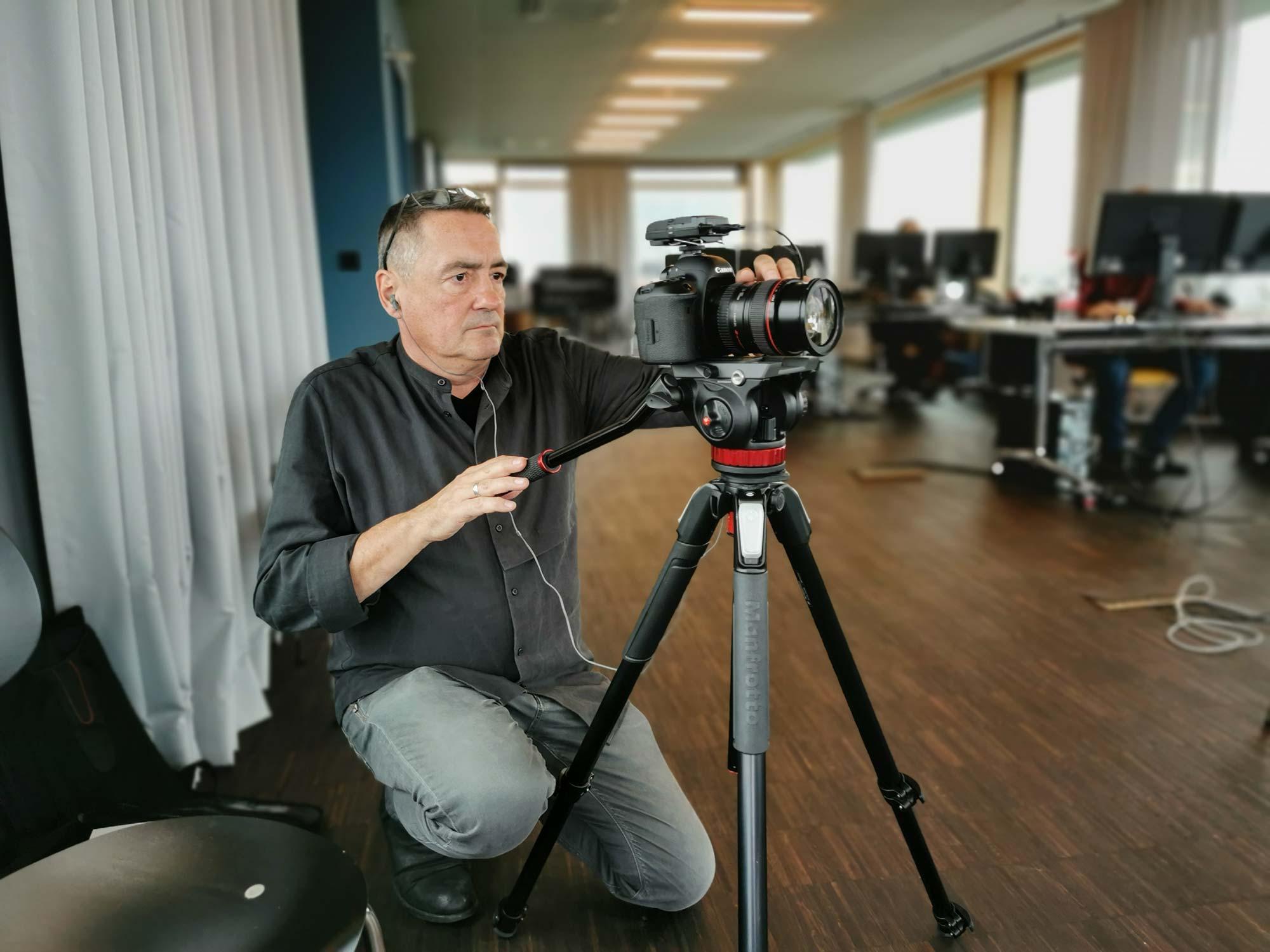 Voll im Einsatz: Thomas Gessner dreht den Videoteil zum Interview: 5 Fragen an... Prof. Christoph Mäckler