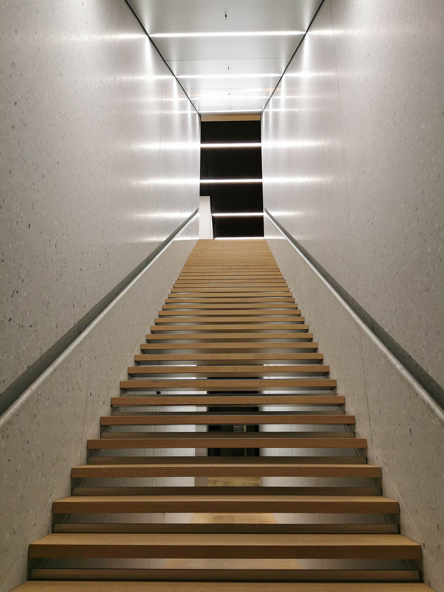 Lange Treppe vom EG zum 1. OG - dort befindet sich derzeit ein Pop-up Office vom Coworking Anbieter Spaces