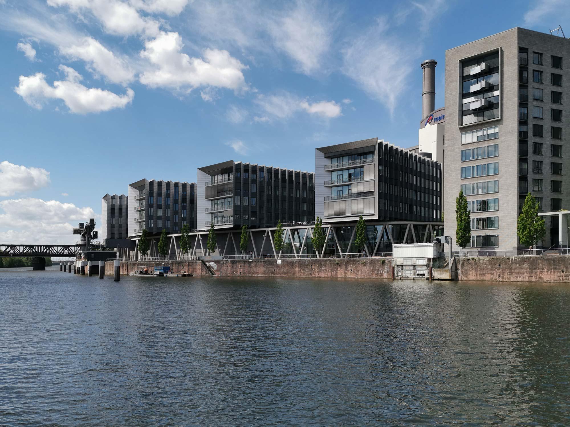 Westhafen-Pier (links) und Torhaus (rechts) - Das Westhafenpier ist für manche das Zentrum von allem