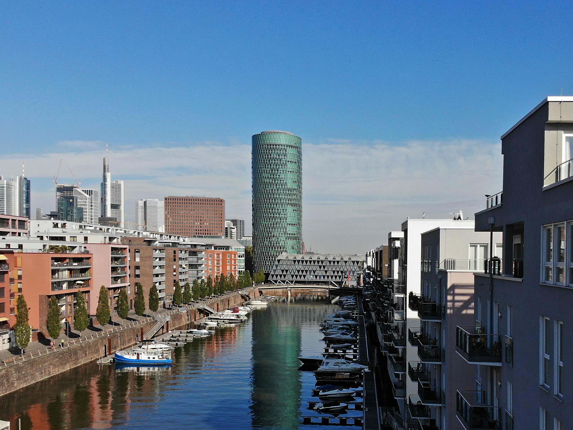 Westhafen Tower und Yachthafen im Westhafen