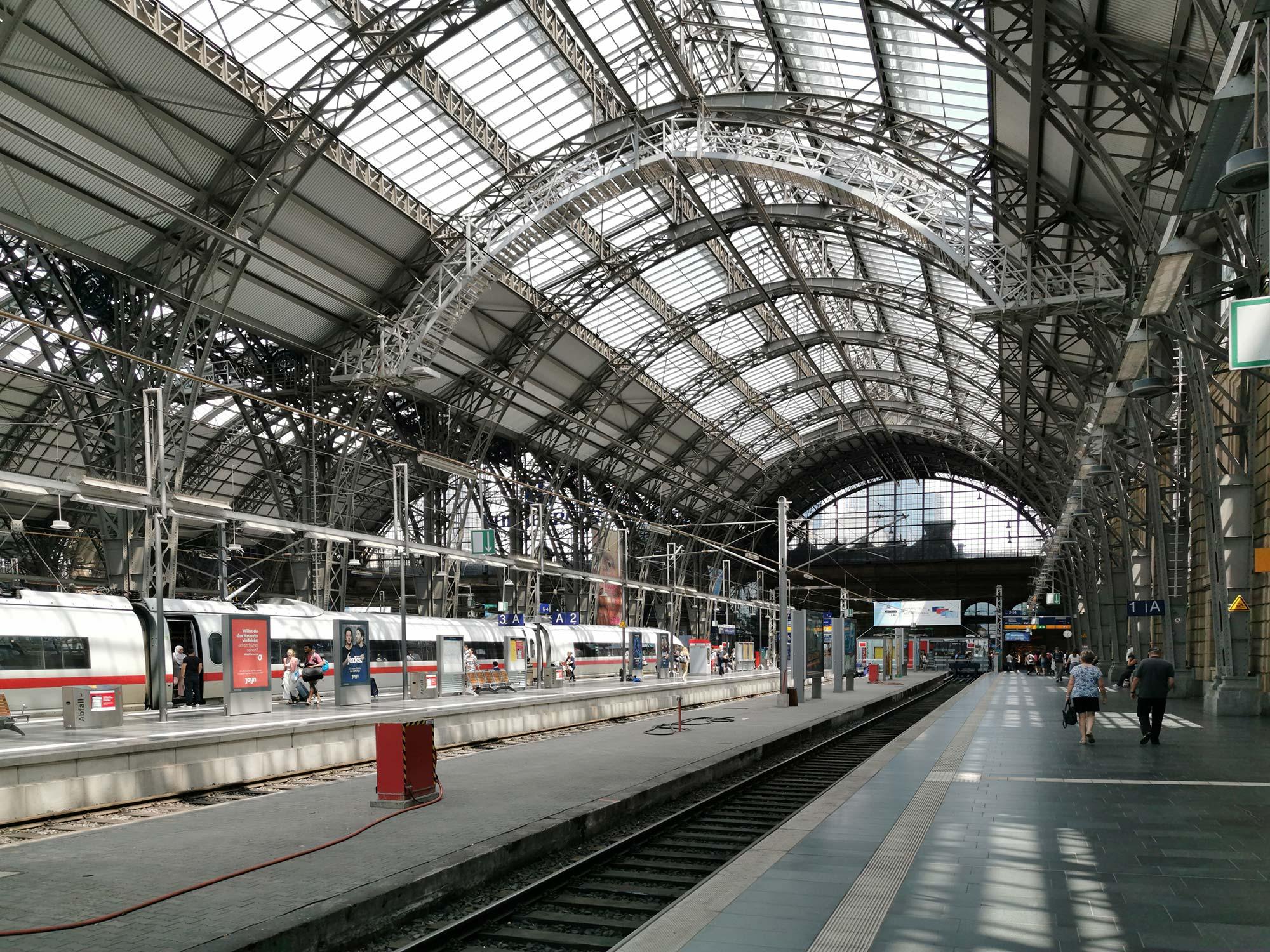 Frankfurt Gleishalle Bahnhof - Hauptbahnhof FFM - ICE - Zug - Gleise - Bahnsteig